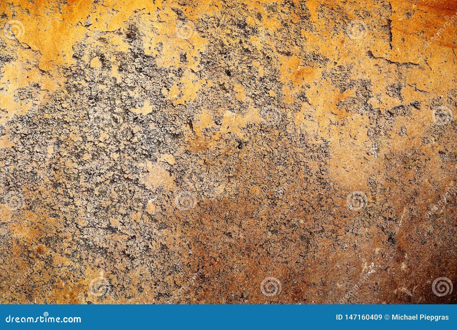 Gedetailleerde dichte omhooggaande oppervlakte van gebarsten en doorstane concrete muren in hoge resolutie