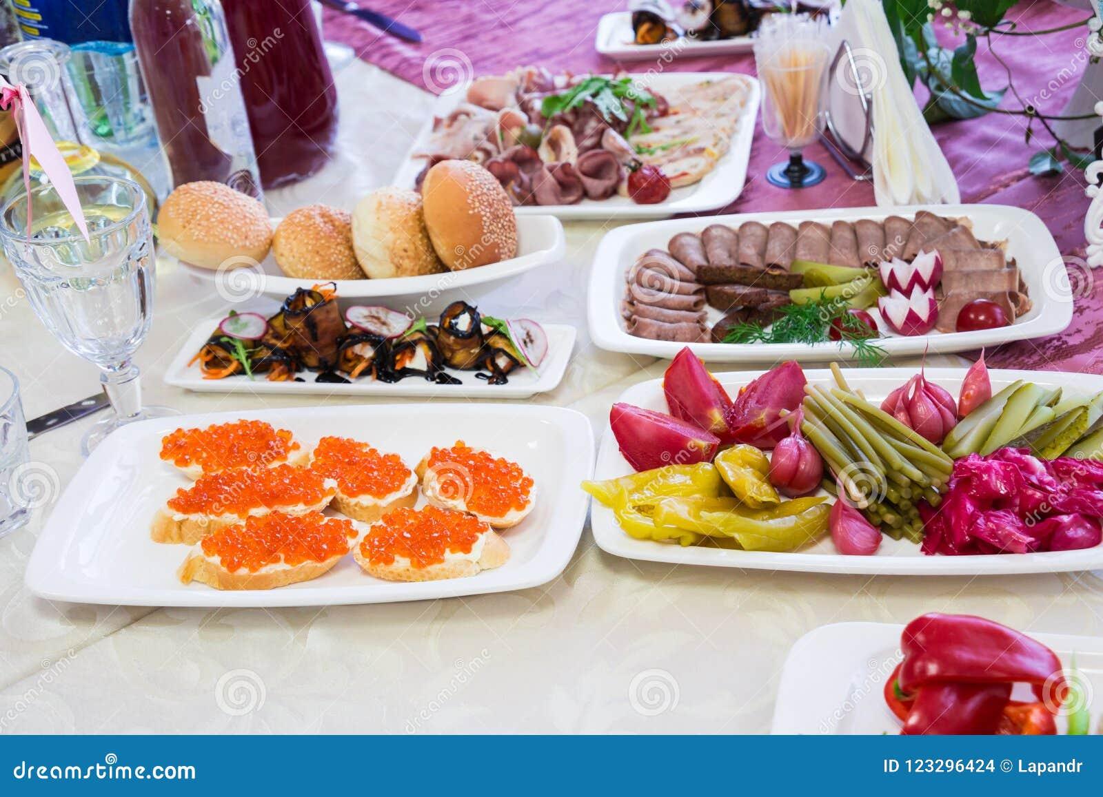 Gediende lijst in het restaurant bij het Banket Snacks en delicatessen bij het buffet