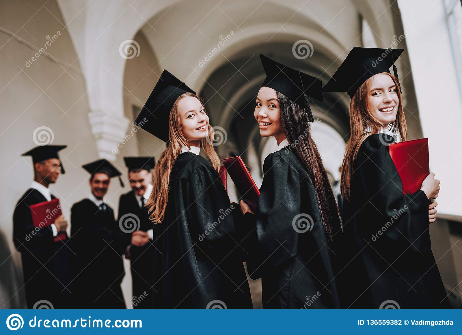 Gediplomeerde gelukkig meisjes Goede stemming universiteit