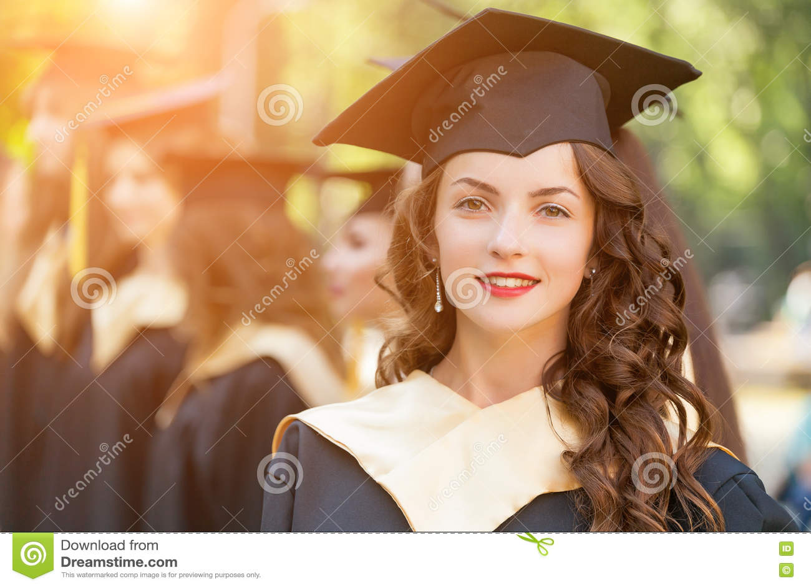 Gediplomeerde studenten die graduatiehoed en toga dragen