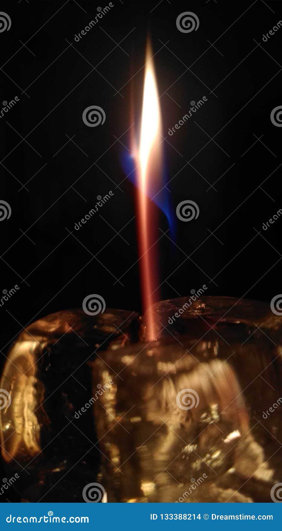 Gedistilleerde schoonheid van een nokken gevoelige vlam als blauwe rode oranje dans rond elkaar in een hypnotiserende wals