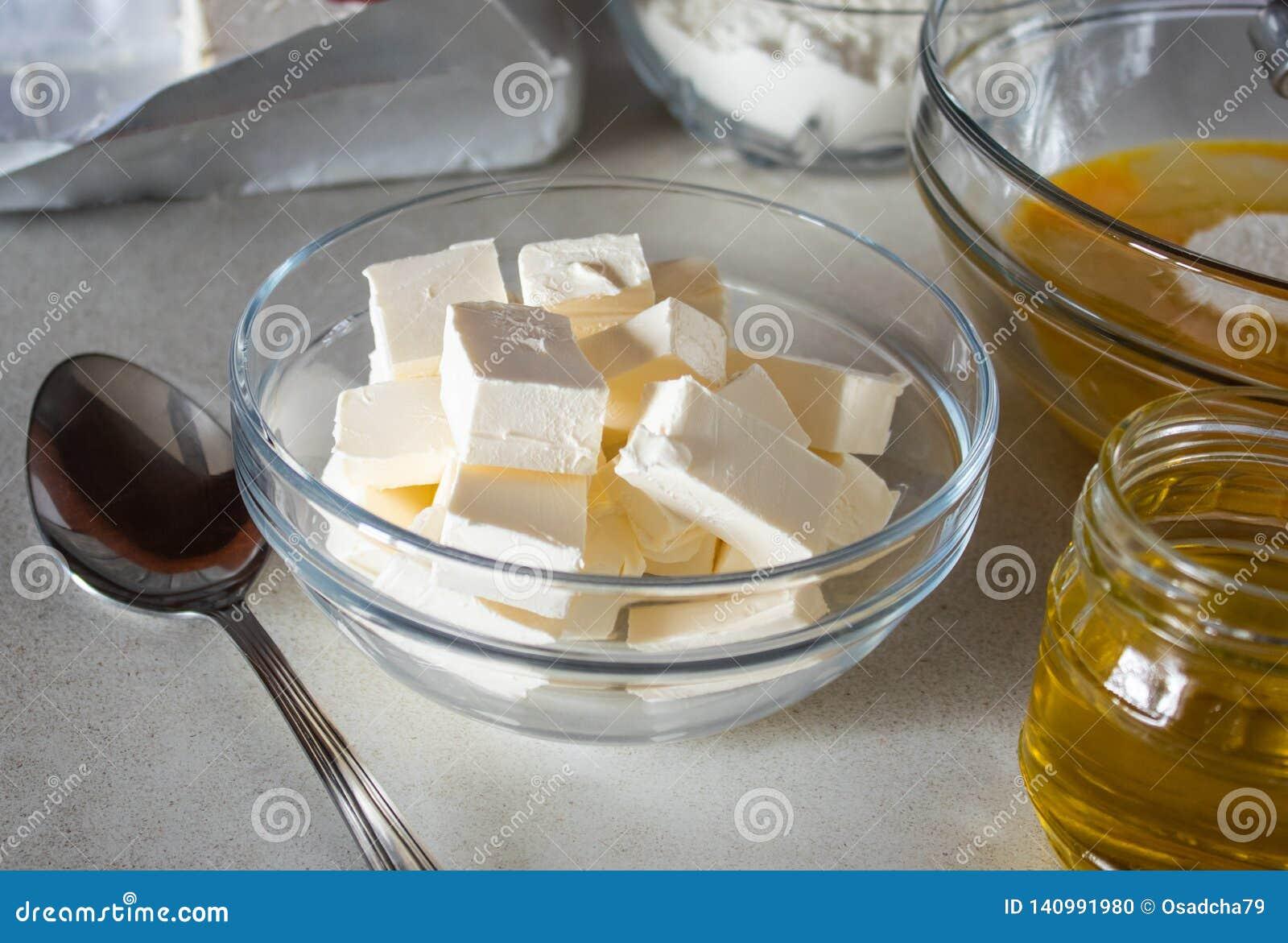 Gedobbelde boter in een kom op de lijst