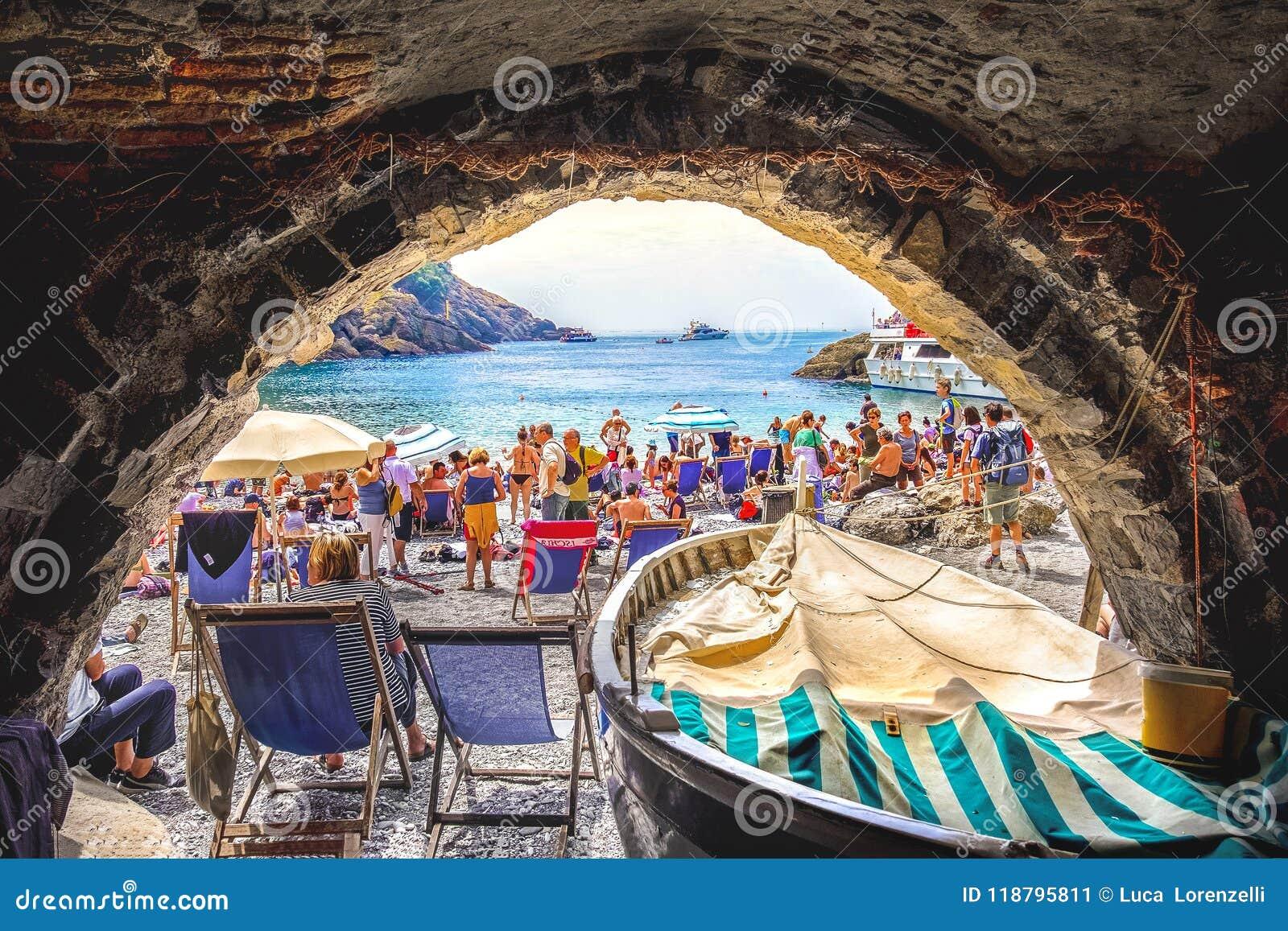 Gedrängt wenigem Strand in Italien - Steinbogen - Abtei Sans Fruttuoso - Italiener Riviera - Italien