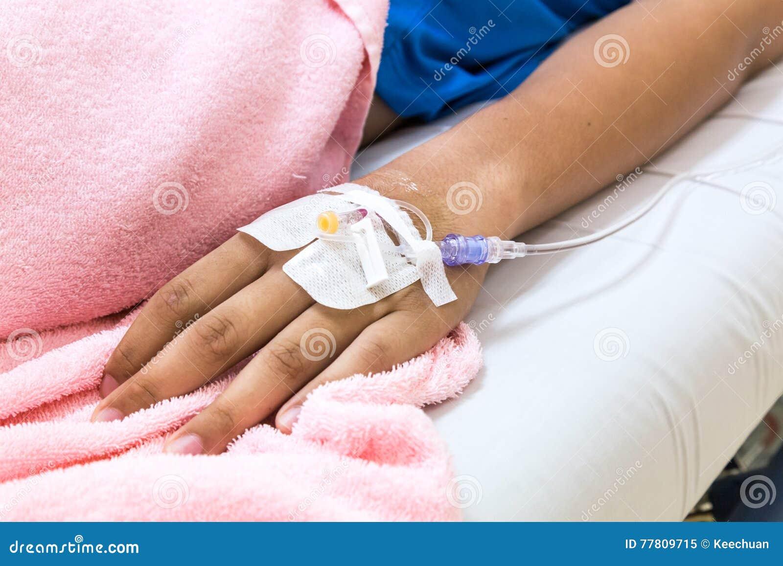 geduldige hand im krankenhaus mit salzigem intravenous iv stockbild bild von patient hand. Black Bedroom Furniture Sets. Home Design Ideas