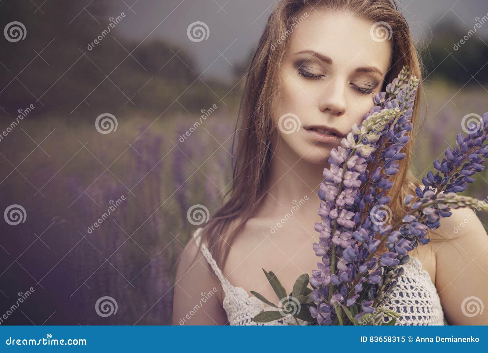 Geeignete dünne zerbrechliche Frau des schönen Brunette mit klarer fehlerloser SK