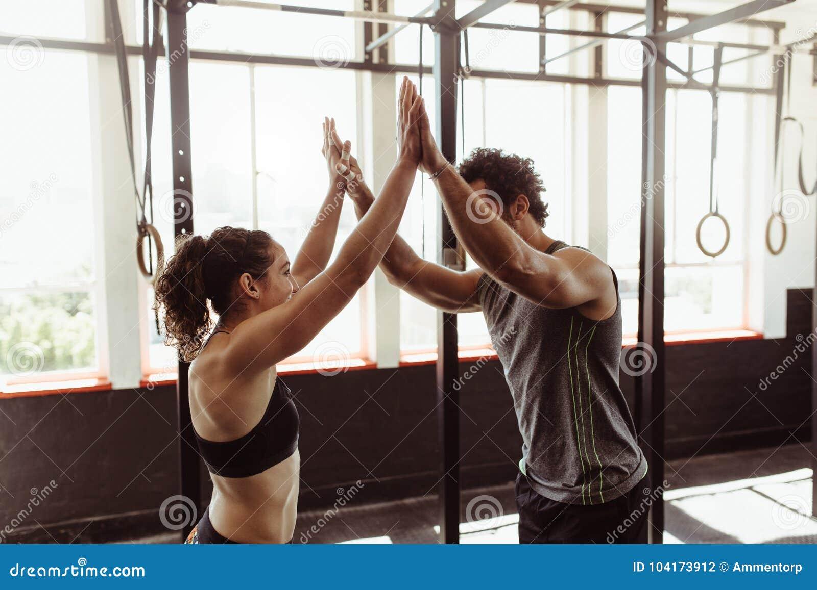 Geeignete Paare hohes Fiving an der Turnhalle
