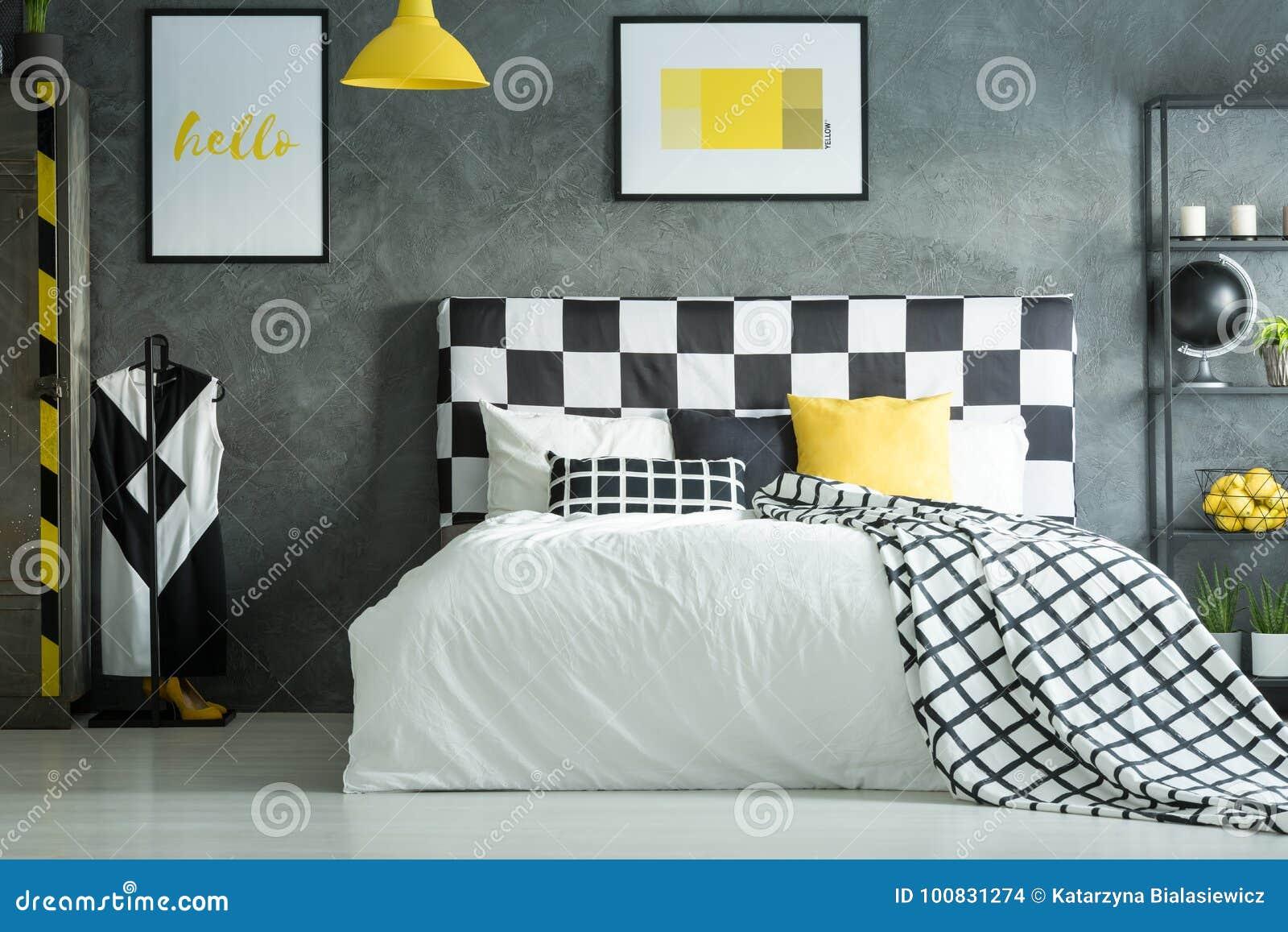 Geel Accent In Donkere Slaapkamer Stock Foto - Afbeelding bestaande ...