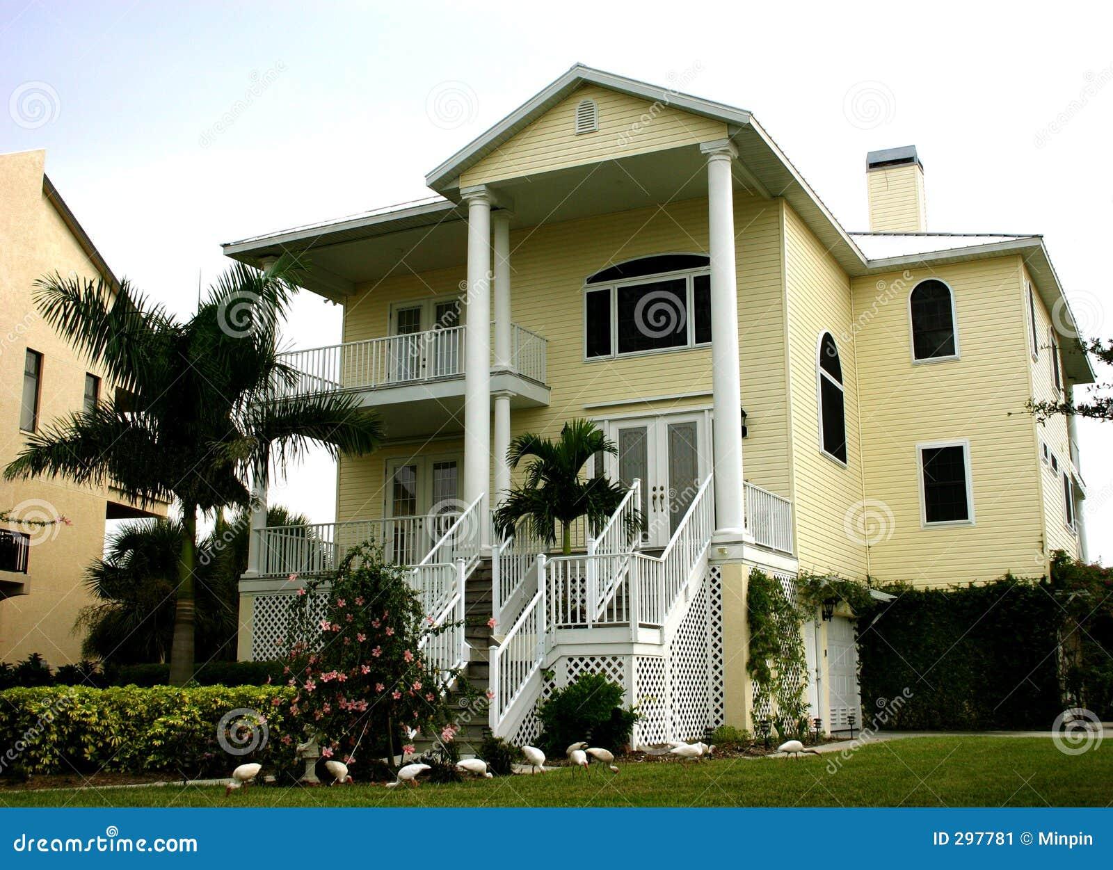 Geel Huis met Lange kolommen