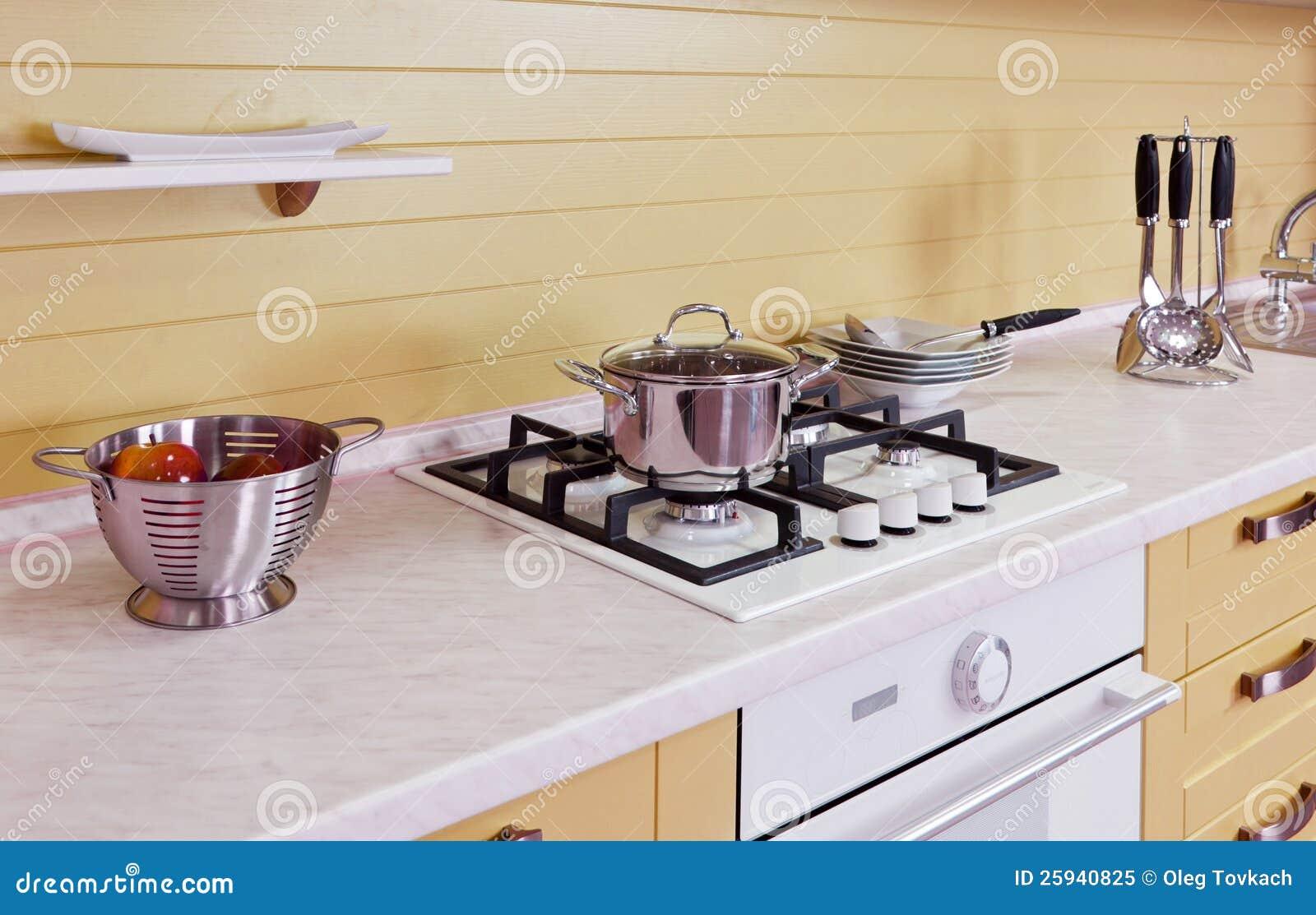 Geel wit keuken modern binnenland royalty vrije stock foto ...