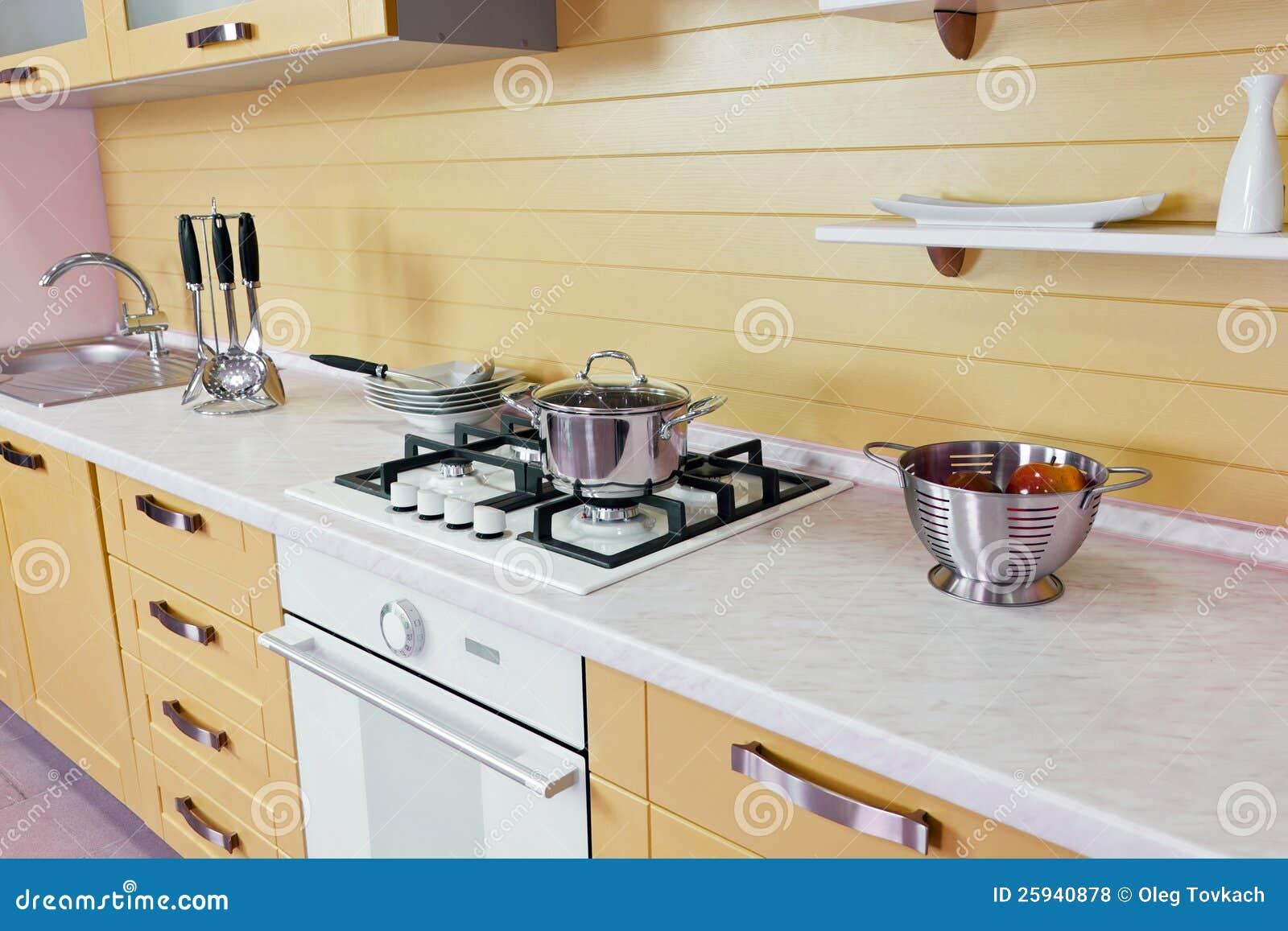 Geel wit keuken modern binnenland royalty vrije stock foto's ...