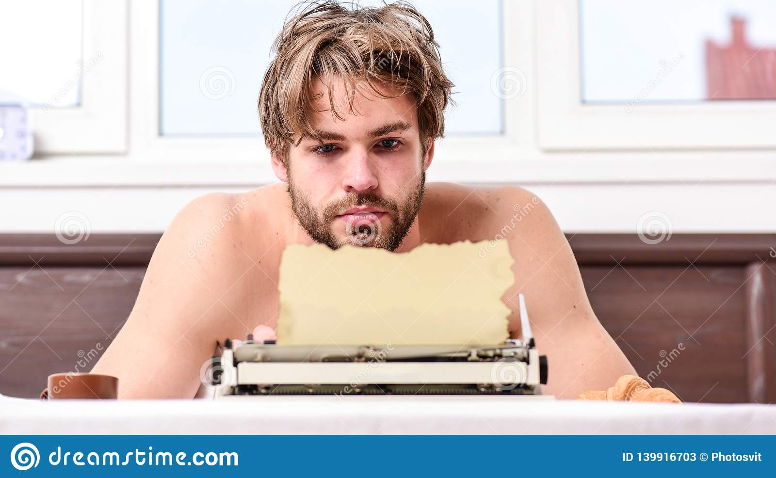 Geen dag zonder hoofdstuk Uitstekend schrijfmachineconcept Mens die retro het schrijven machine typen Mannelijk handentype verhaa