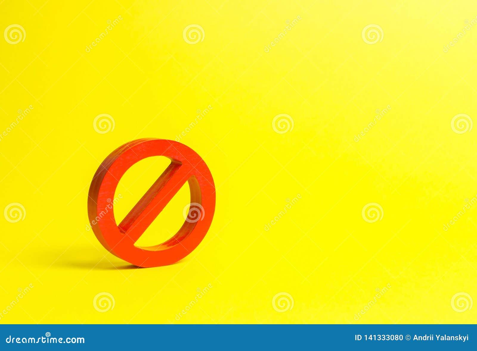 Geen teken of Geen symbool op een gele achtergrond minimalism Het concept verbod en beperking Censuur, controle over