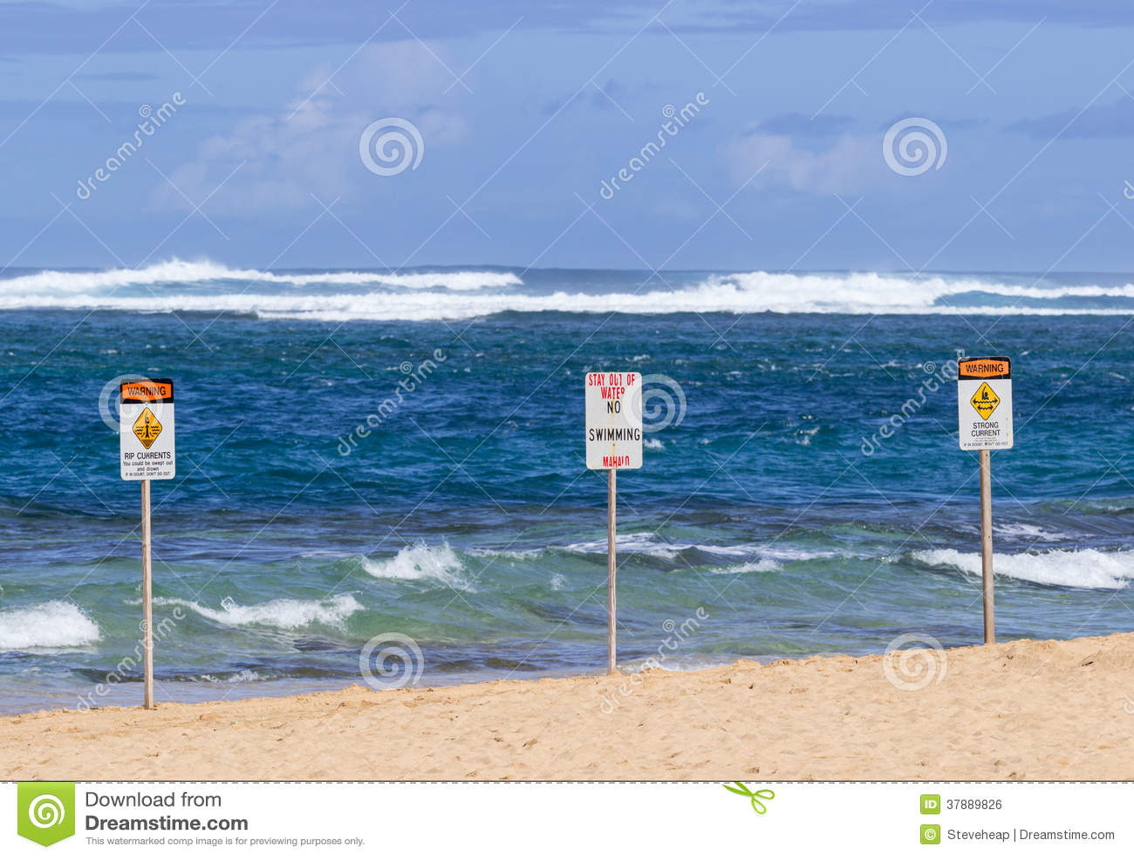 Geen zwemmend gevaarsteken graaft Strand een tunnel