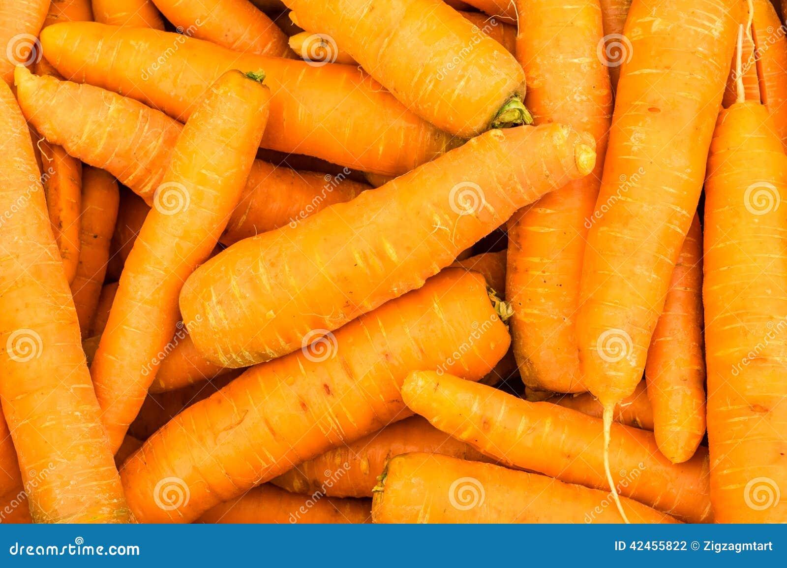Geerntete orange Karotten auf Anzeige