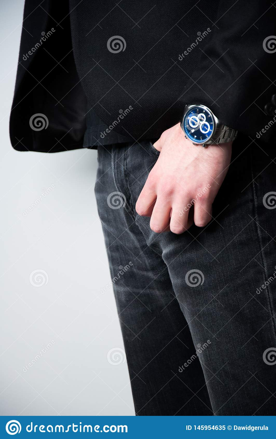 Geernteter Hauptmann im schwarzen Blazer