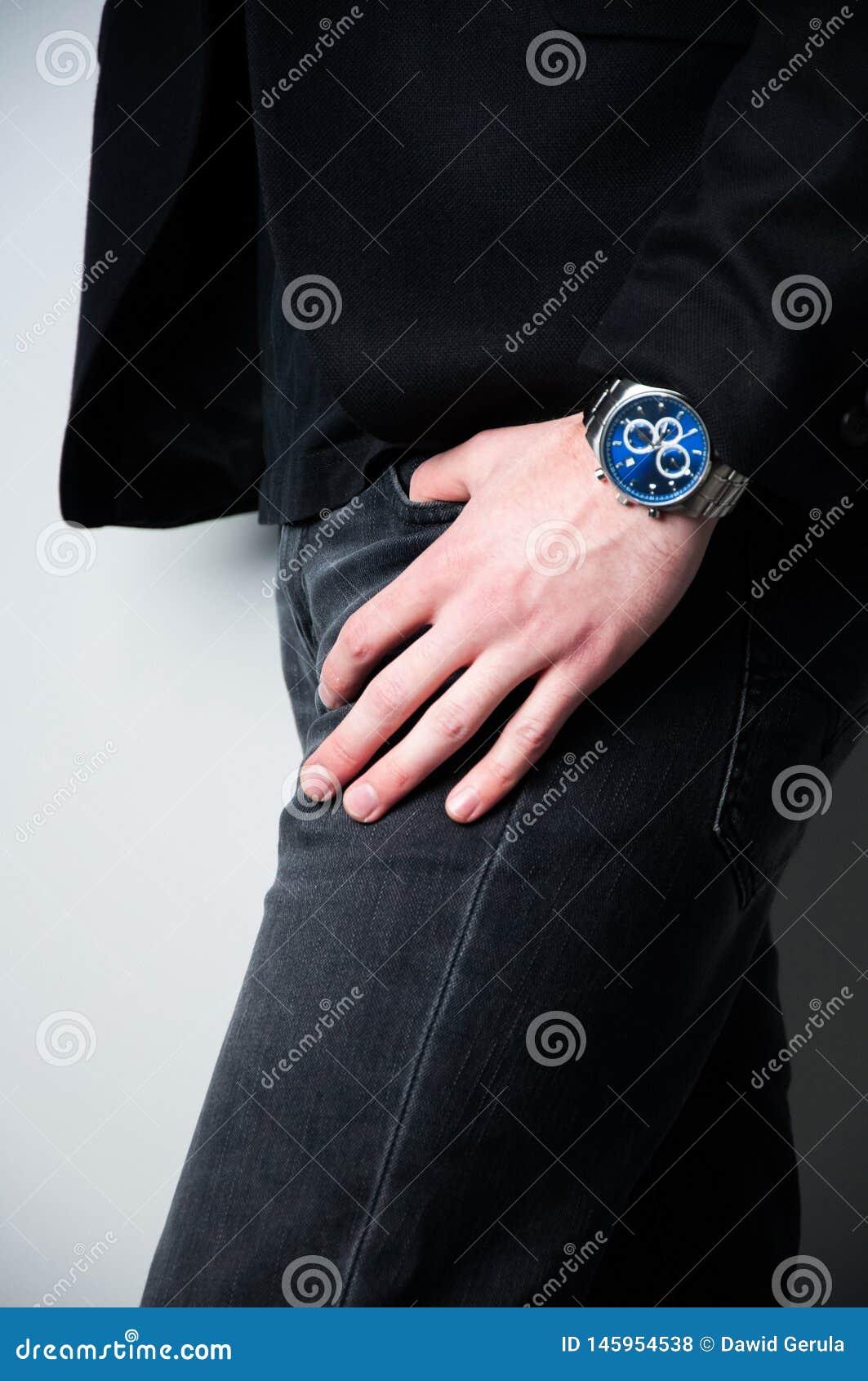 Geernteter Hauptmann im schwarzen Blazer mit der Hand in der Tasche der Jeans
