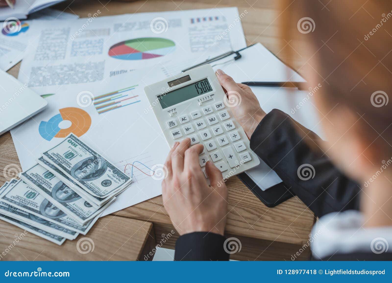 Geerntetes Bild des Finanziers, der Taschenrechner bei der Arbeit verwendet
