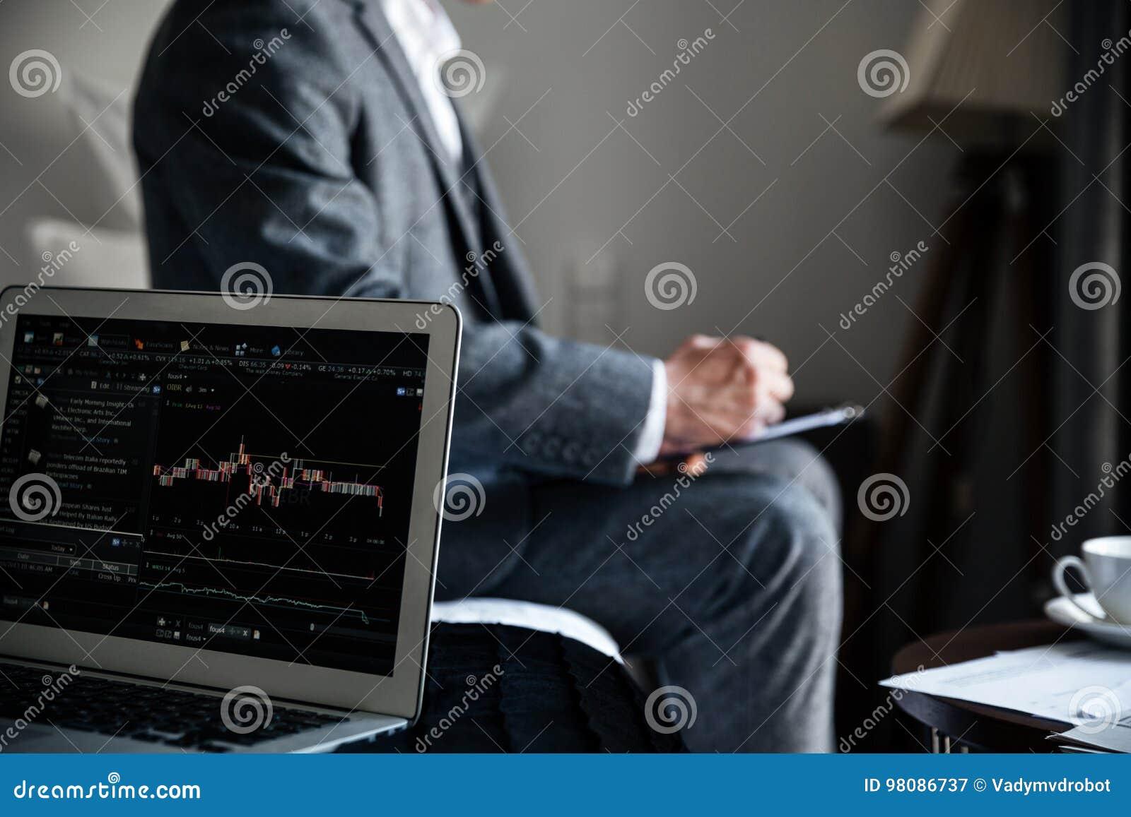 Geerntetes Bild eines Geschäftsmannes, der einige Dokumente wiederholt