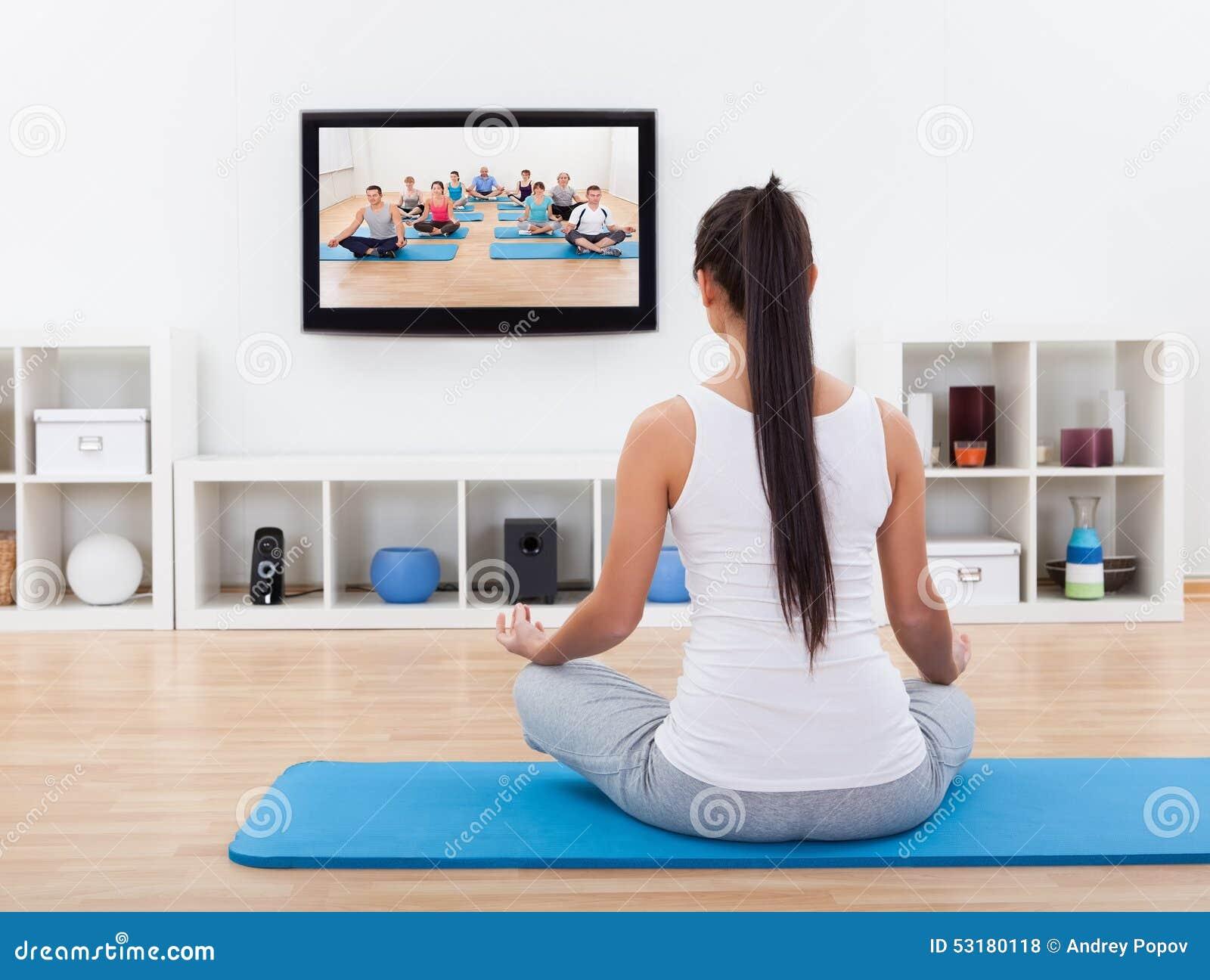 Geestelijke vrouw die thuis mediteren