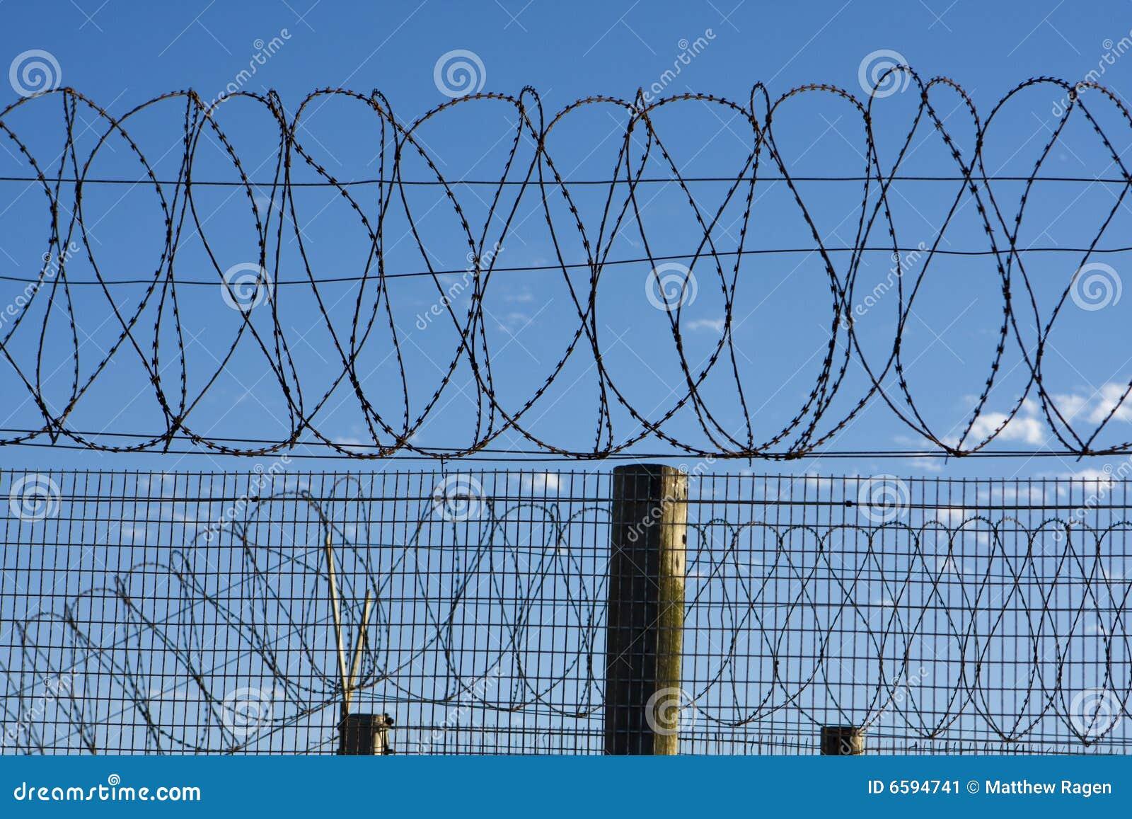 Gefängnis-Stacheldraht stockbild. Bild von scharf, umkreis - 6594741
