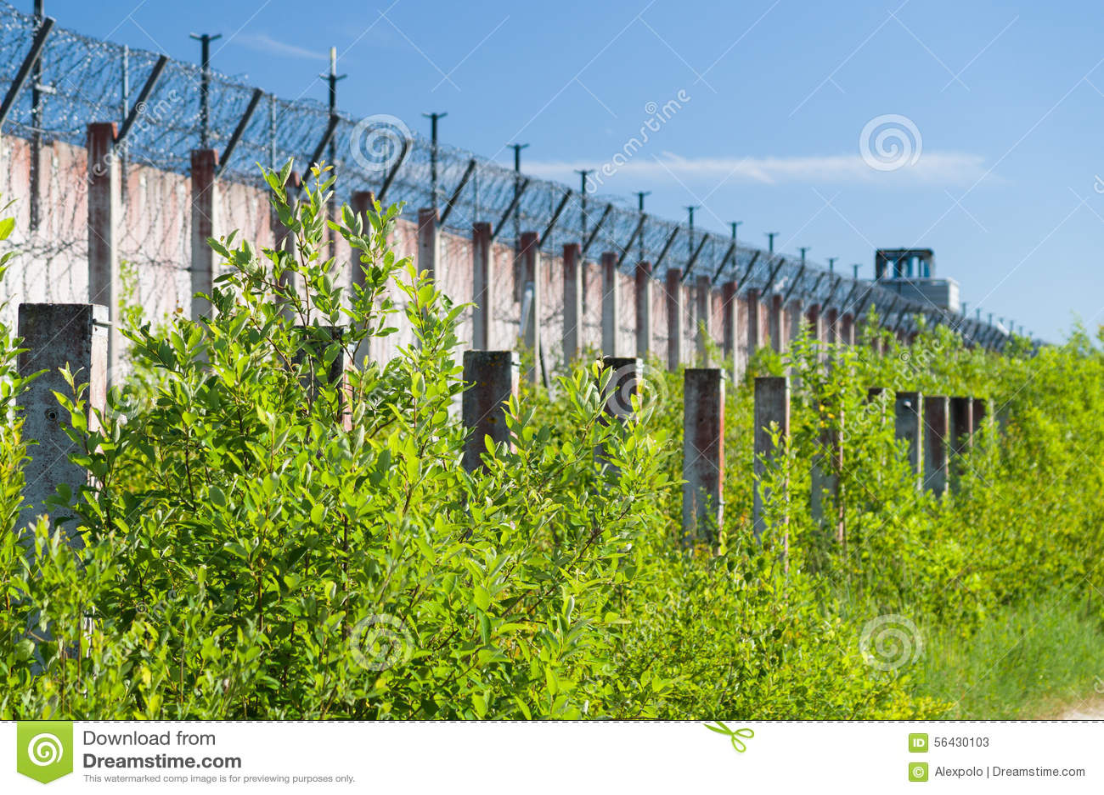 Gefängnismauer Und Scharfe Drahtwiderhaken Umwickelt Stockbild ...