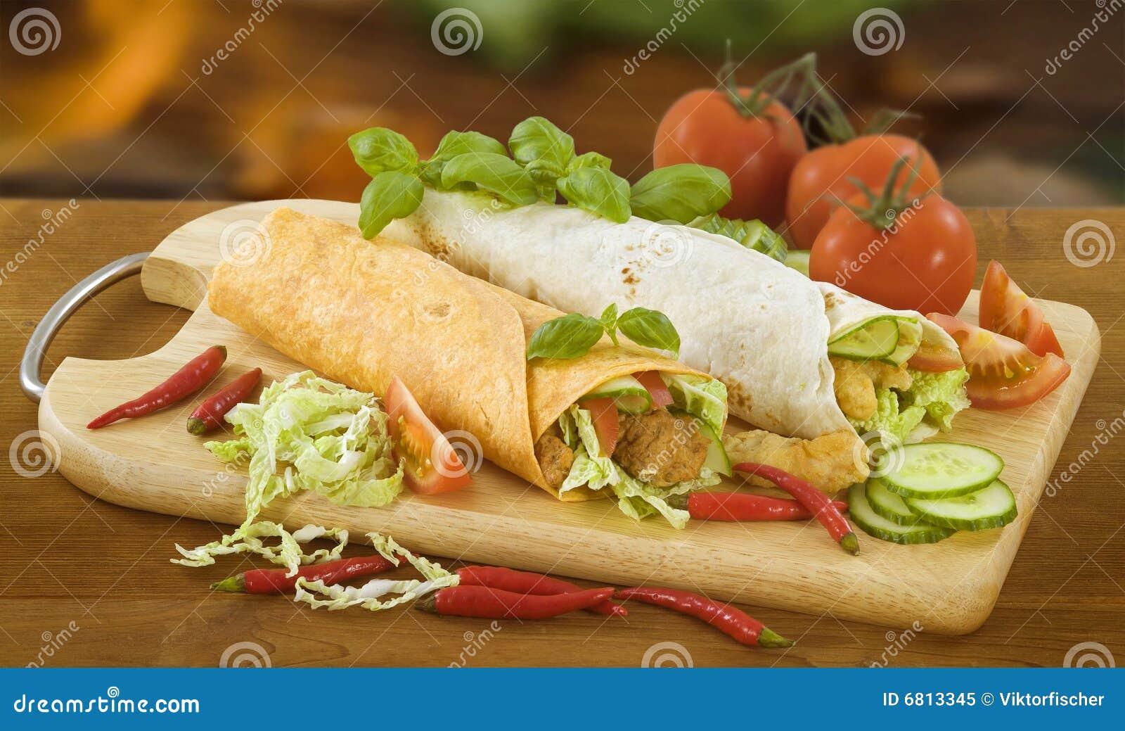 mit gemüse und fleisch gefüllte tortilla