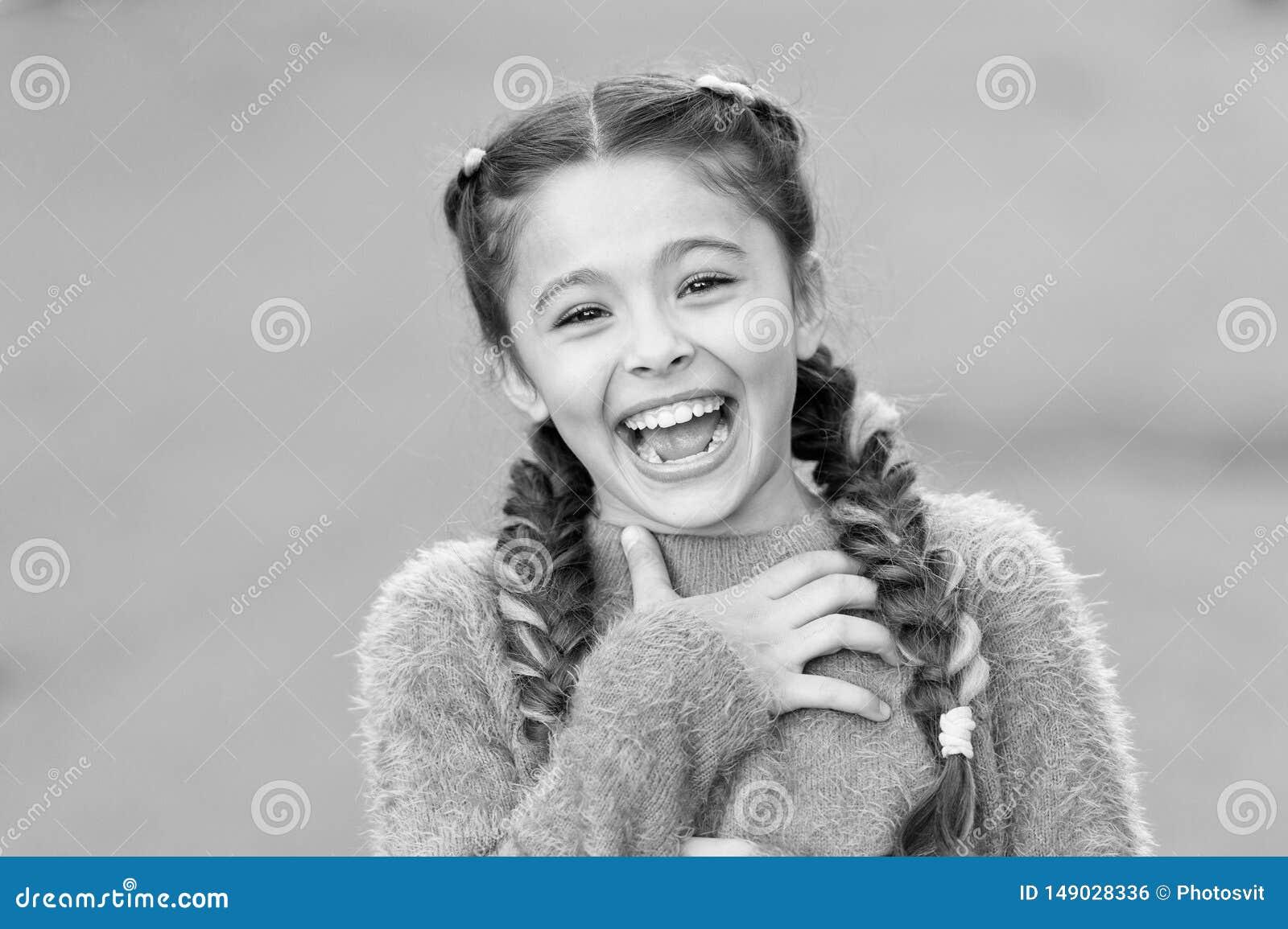 Gef?hlkonzept Starb fast zu lachen Geben Sie nach und reagieren Sie lustige Geschichte Kindheits- und Gl?ckkonzept Kind mit nette