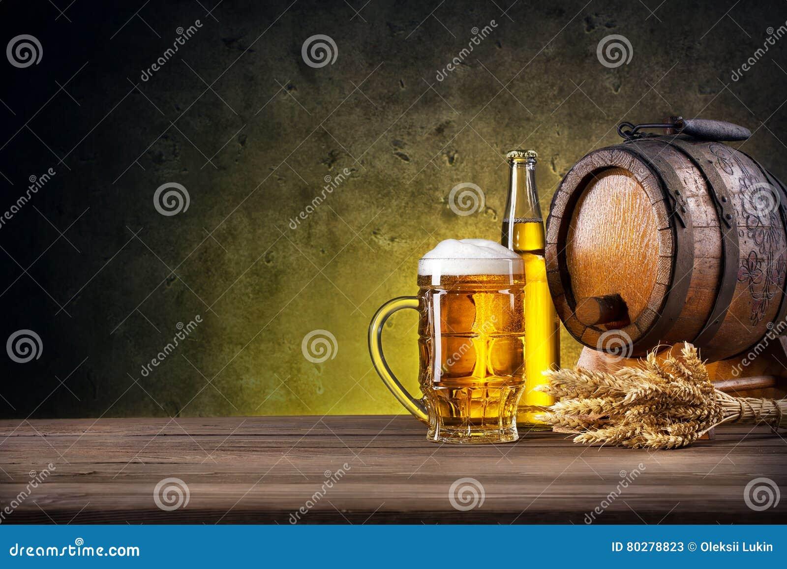 Gefacetteerd glas van bier, fles en vat