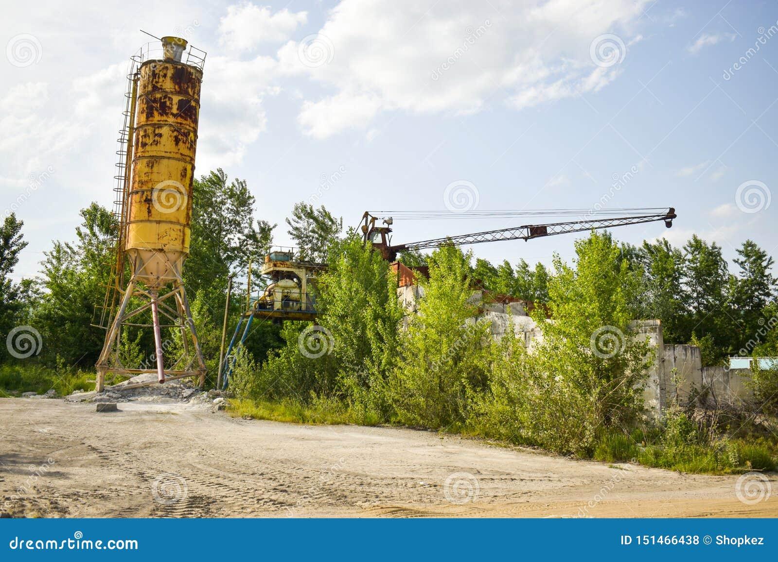 Gefallenes rostiges Industriekonzeptfoto in der verlassenen Zementfabrik mit gealterten Schmutzbeton und -metallstrucures