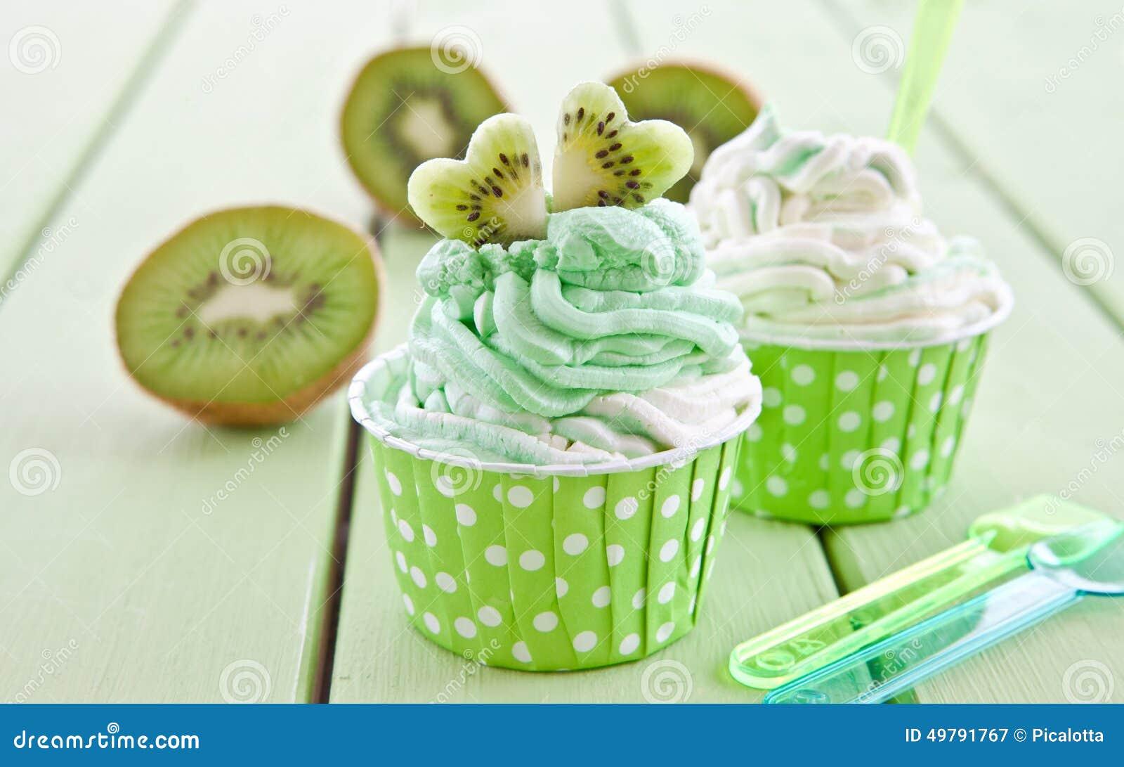 Gefrorener Jogurt mit frischer Kiwi