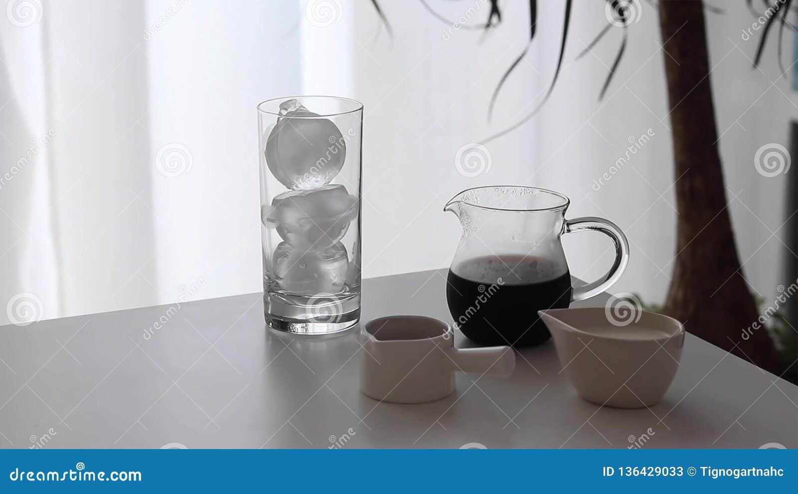 Gefrorener Kaffee mit Milch- und Schokoladensirup
