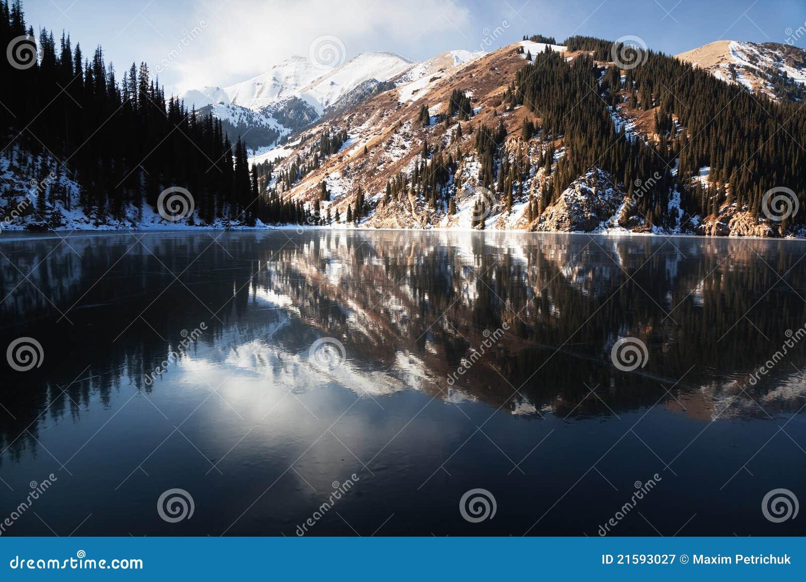 Gefrorener Kolsay See in den Tien- Shanbergen
