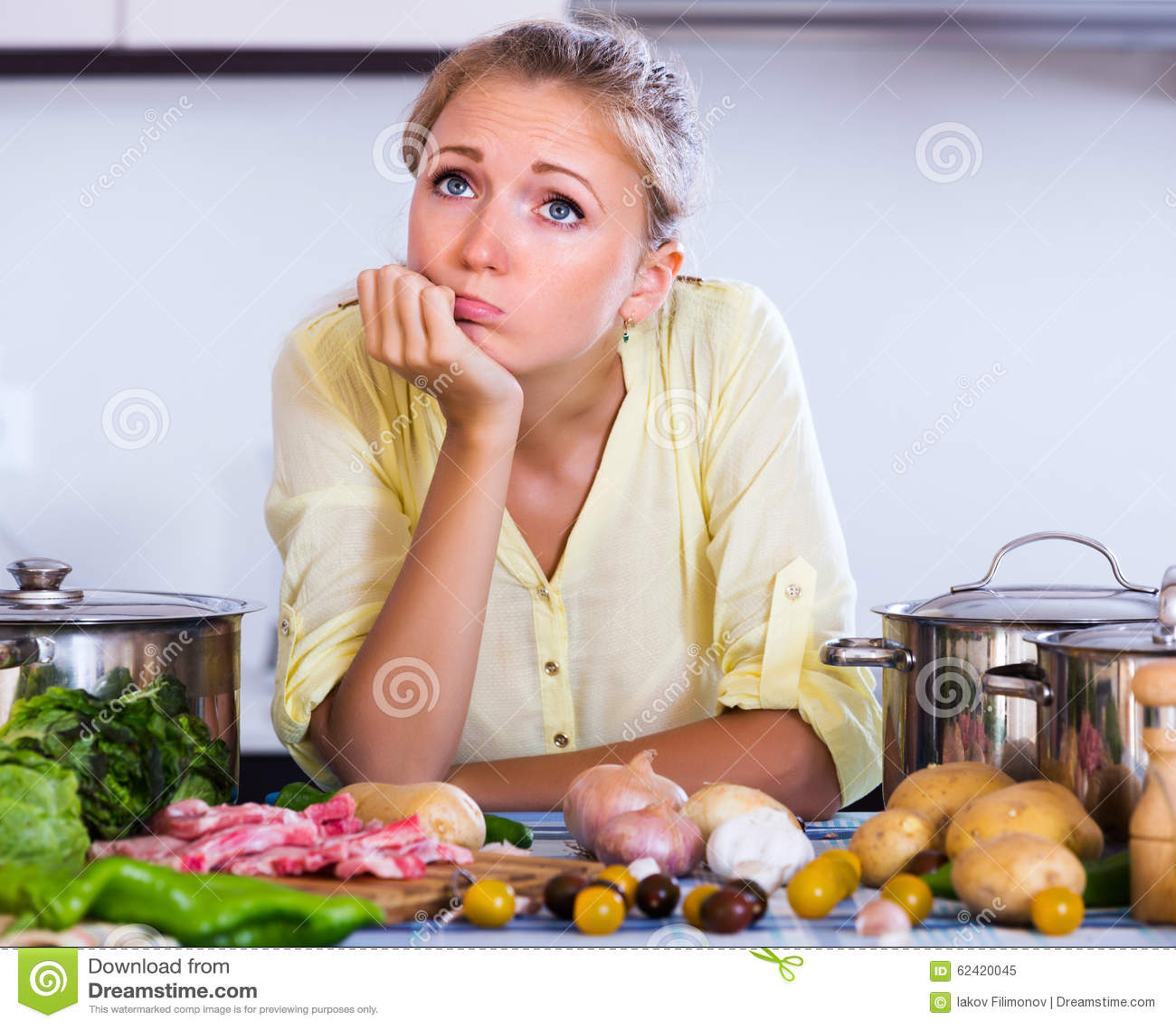 Gefrustreerd meisje die ingrediënten bekijken