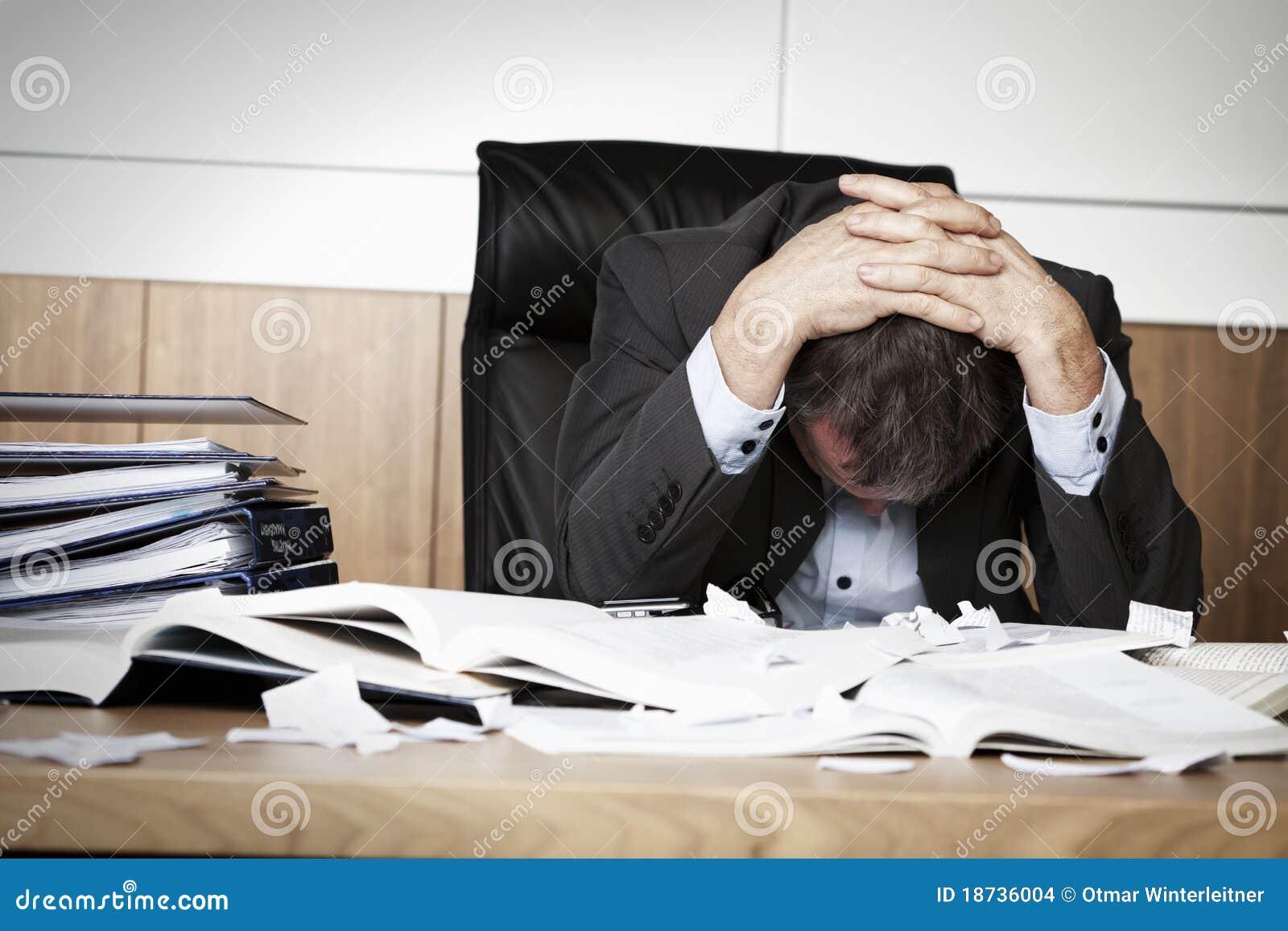 Gefrustreerde bedrijfspersoon die met het werk wordt overbelast.