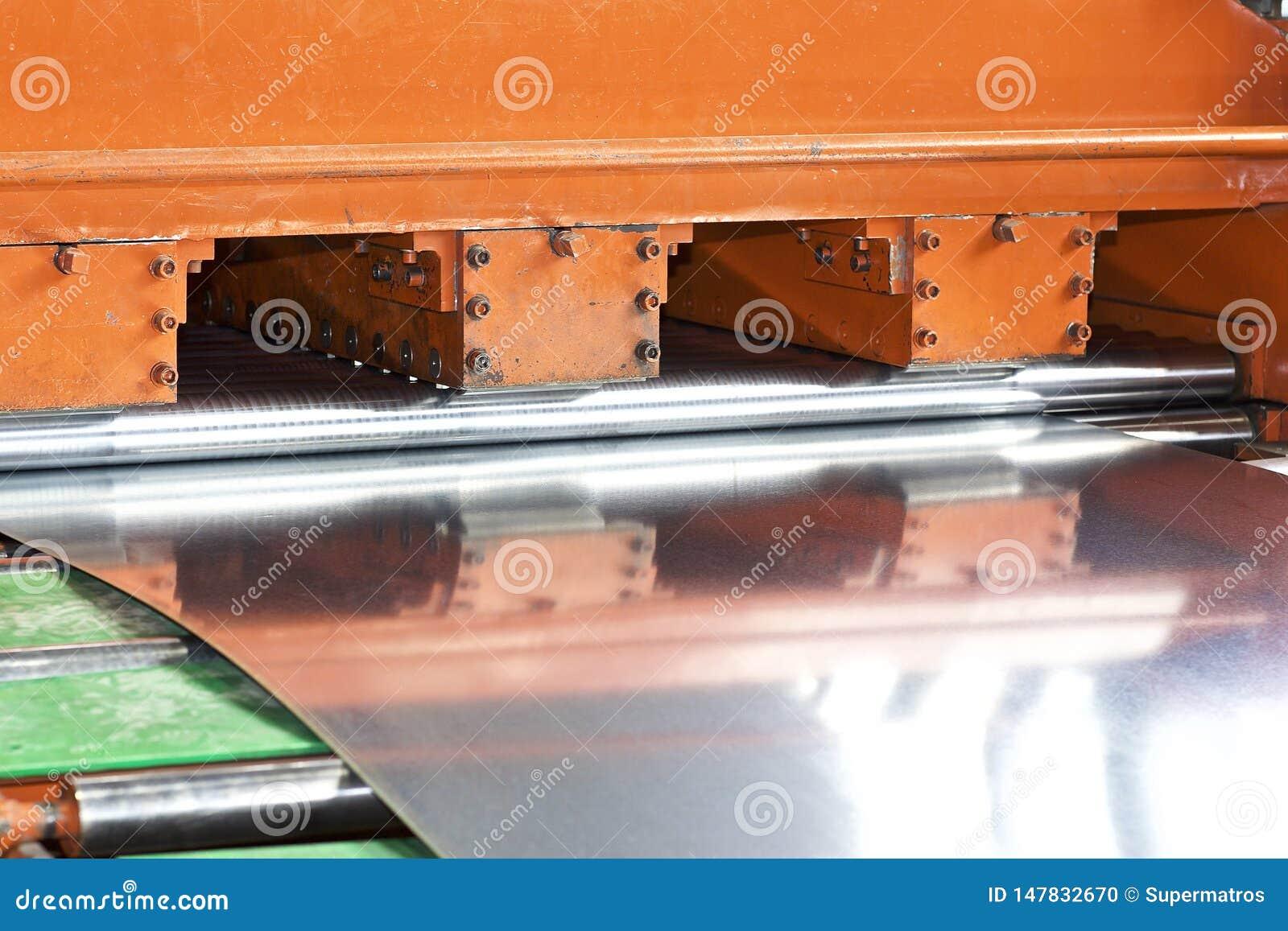Gegalvaniseerd blad in de machine voor verdere verwerking
