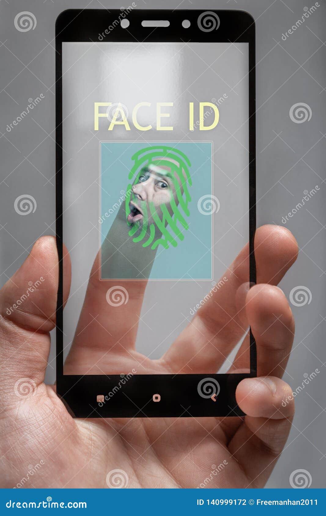 Gegen das Glas gedrückt ein menschliches Gesicht für biometrischen Telefonzugang das Konzept des Personendatenschutzes