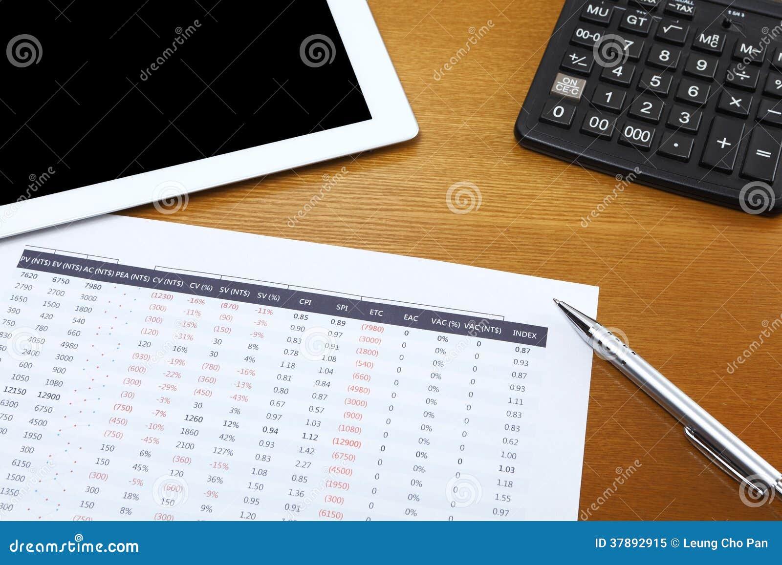 Gegevensanalyse met tablet en calculator