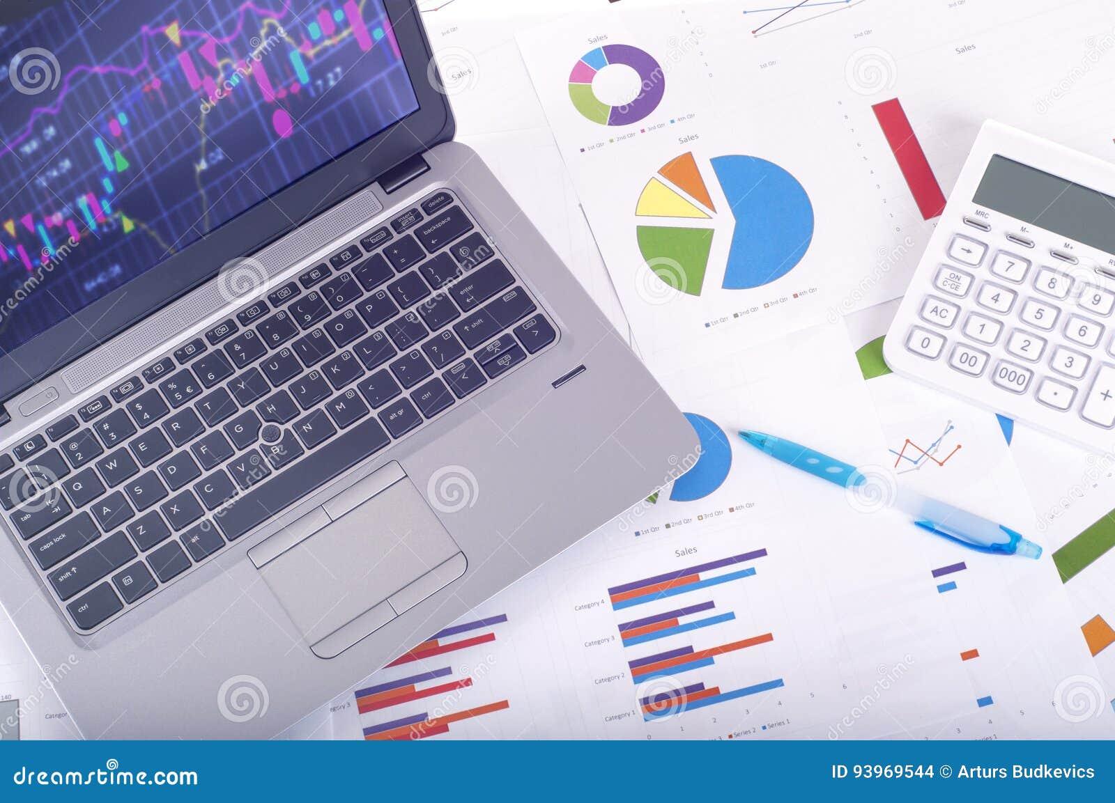 Gegevensanalyse - werkplaats met bedrijfsgrafieken en grafieken, laptop en calculator
