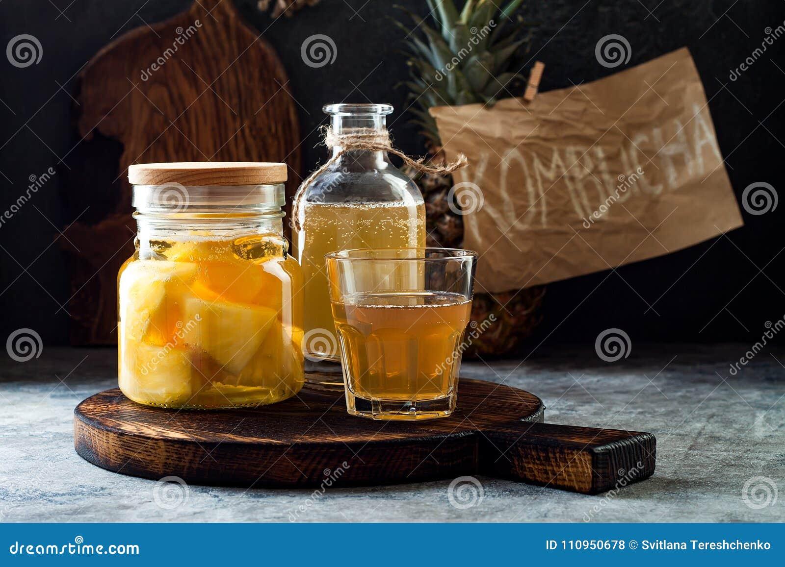 Gegorene mexikanische Ananas Tepache Selbst gemachter roher kombucha Tee mit Ananas Gesundes natürliches probiotic gewürztes Getr