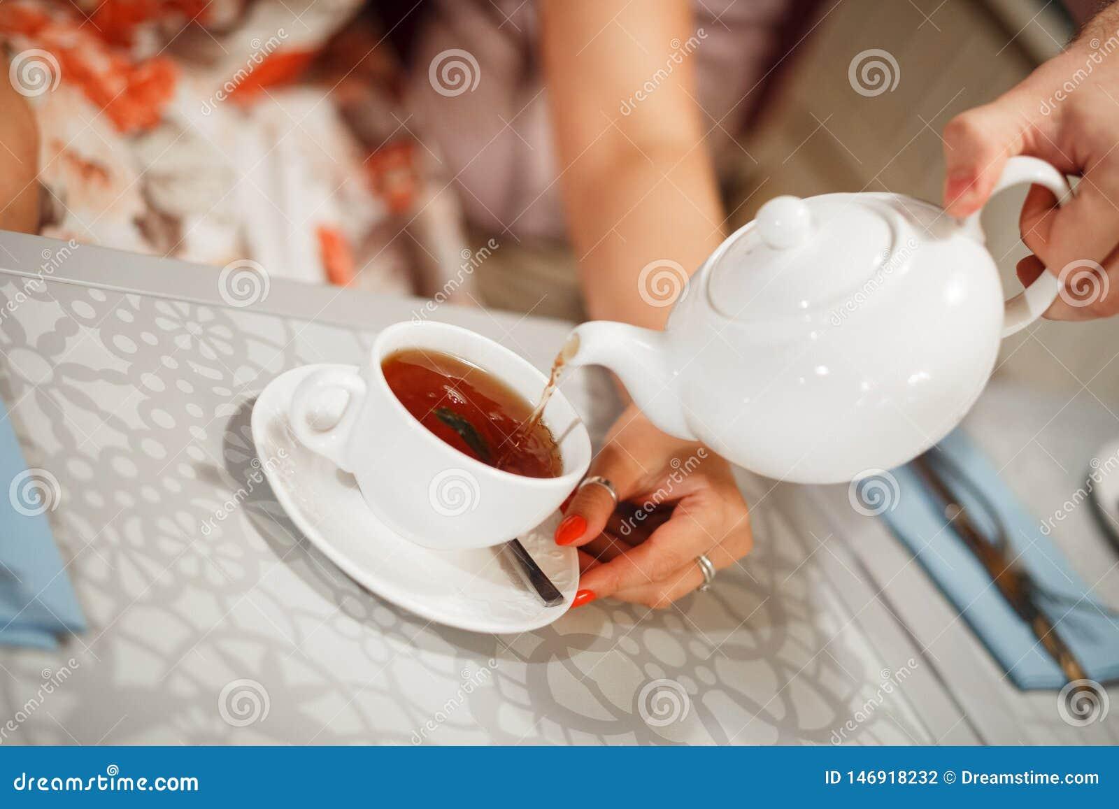 Gegossen in eine Tasse Tee