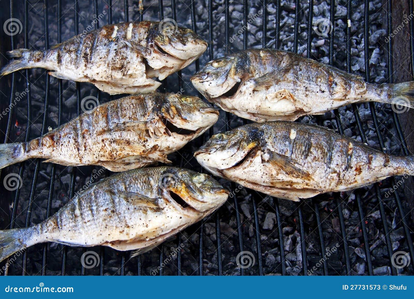 Gegrillte Fische auf Grill
