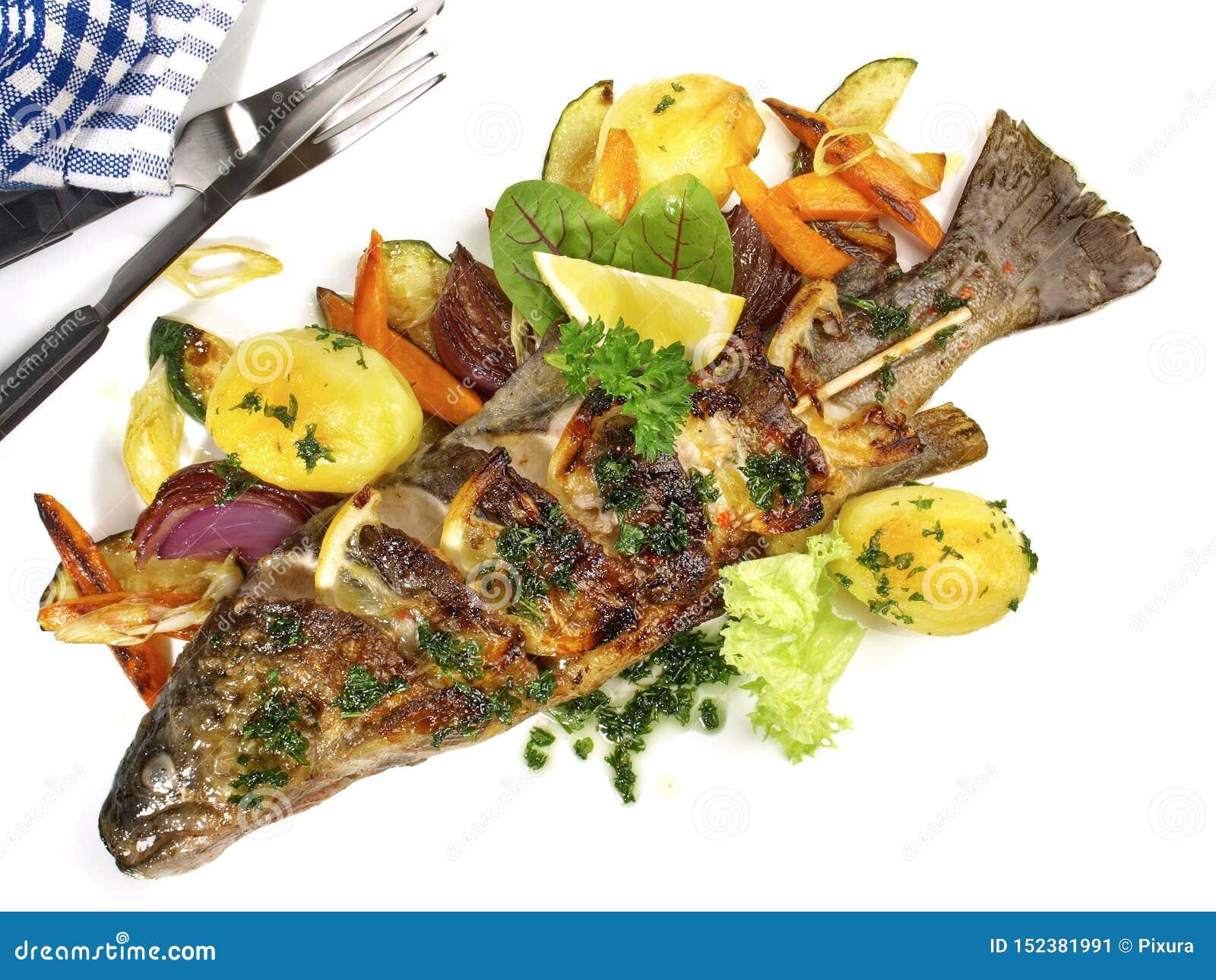 Gegrillte Fische - Regenbogenforelle mit Gemüse und Kartoffeln