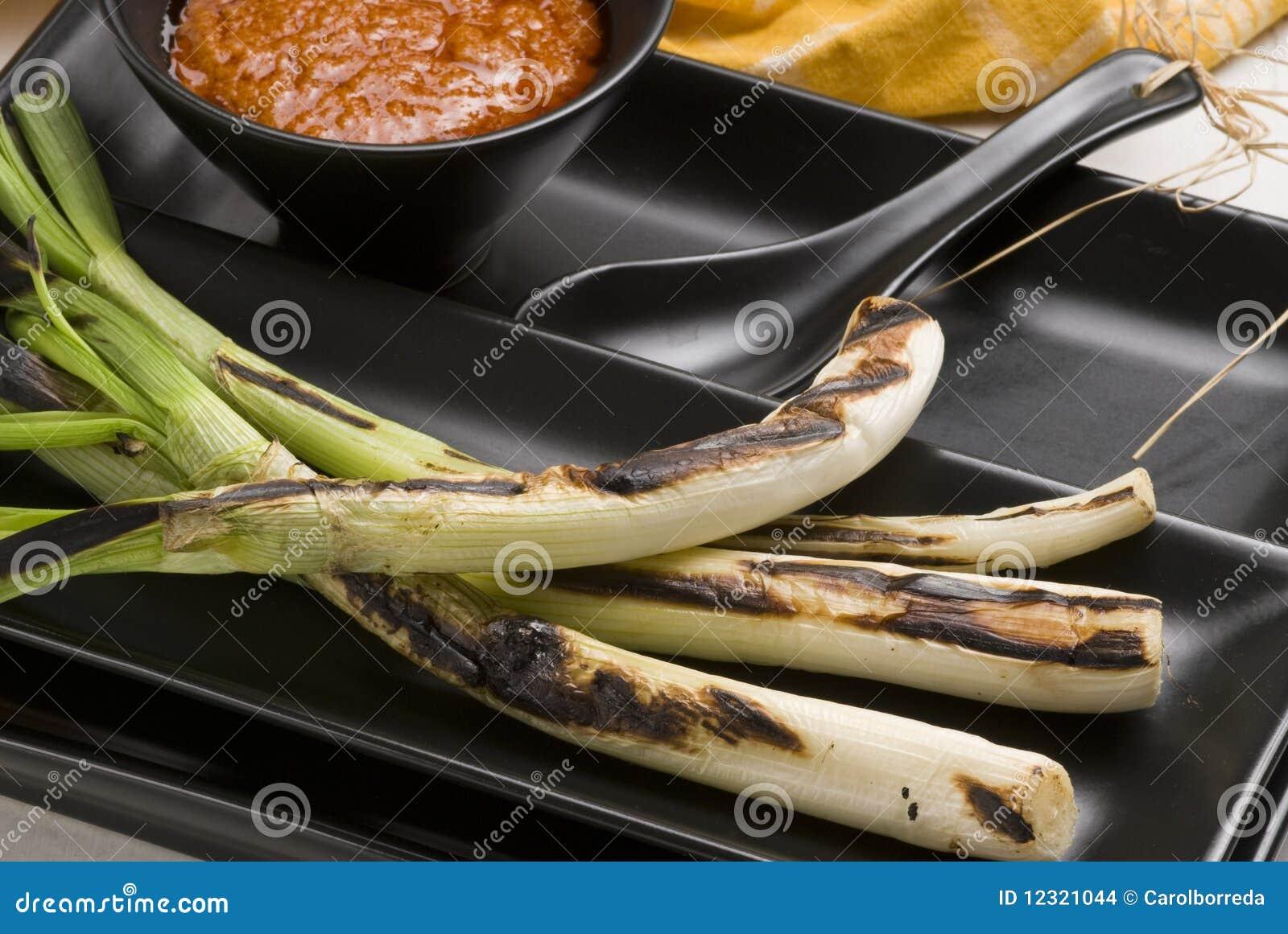Gegrillte Frühlingszwiebeln. Spanische Küche Stockfoto - Bild von ...