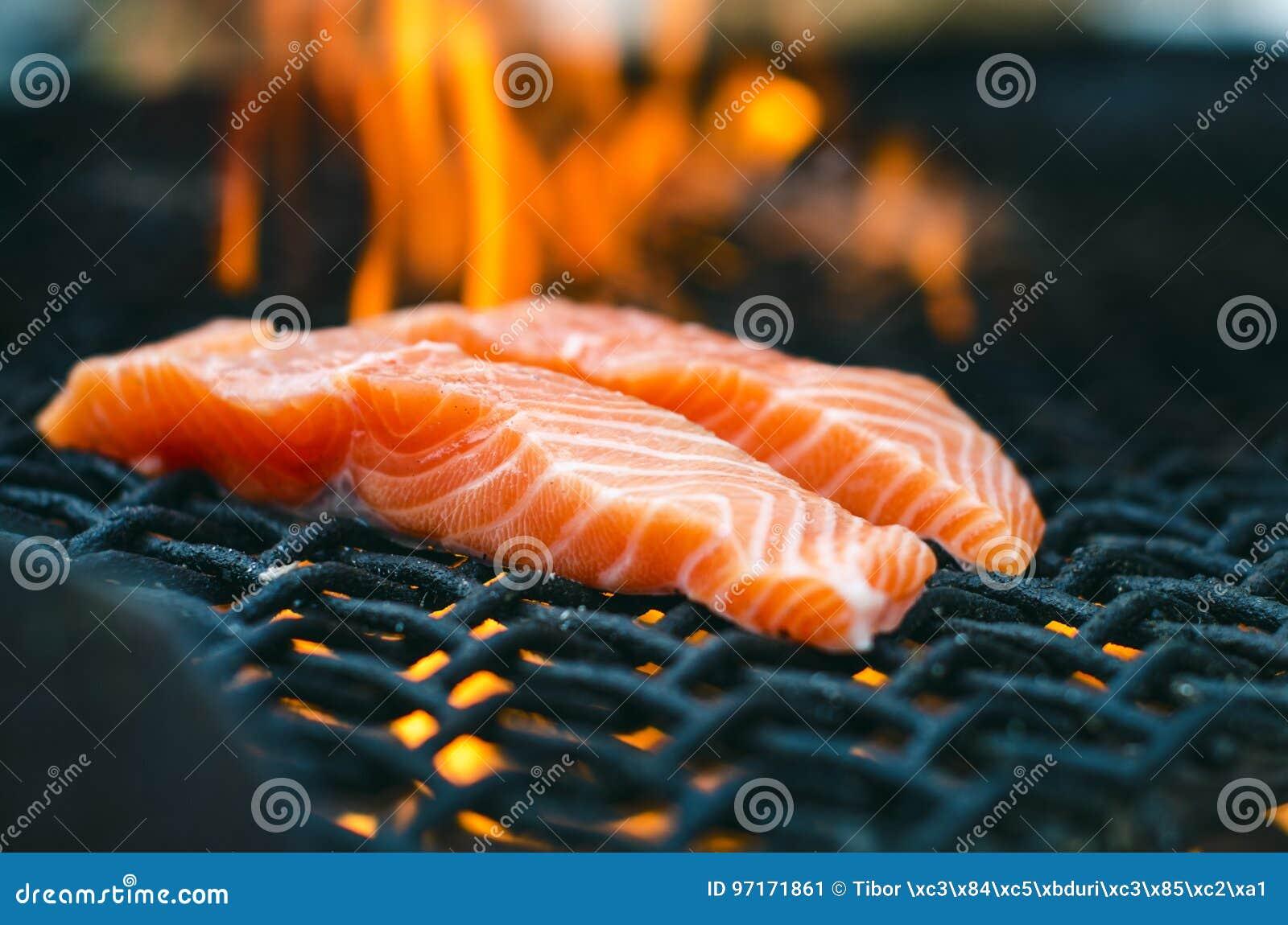 Gegrillte Lachssteaks auf einem Grill Feuerflammengrill Restaurant- und Gartenküche Gartenfest Gesunder Teller