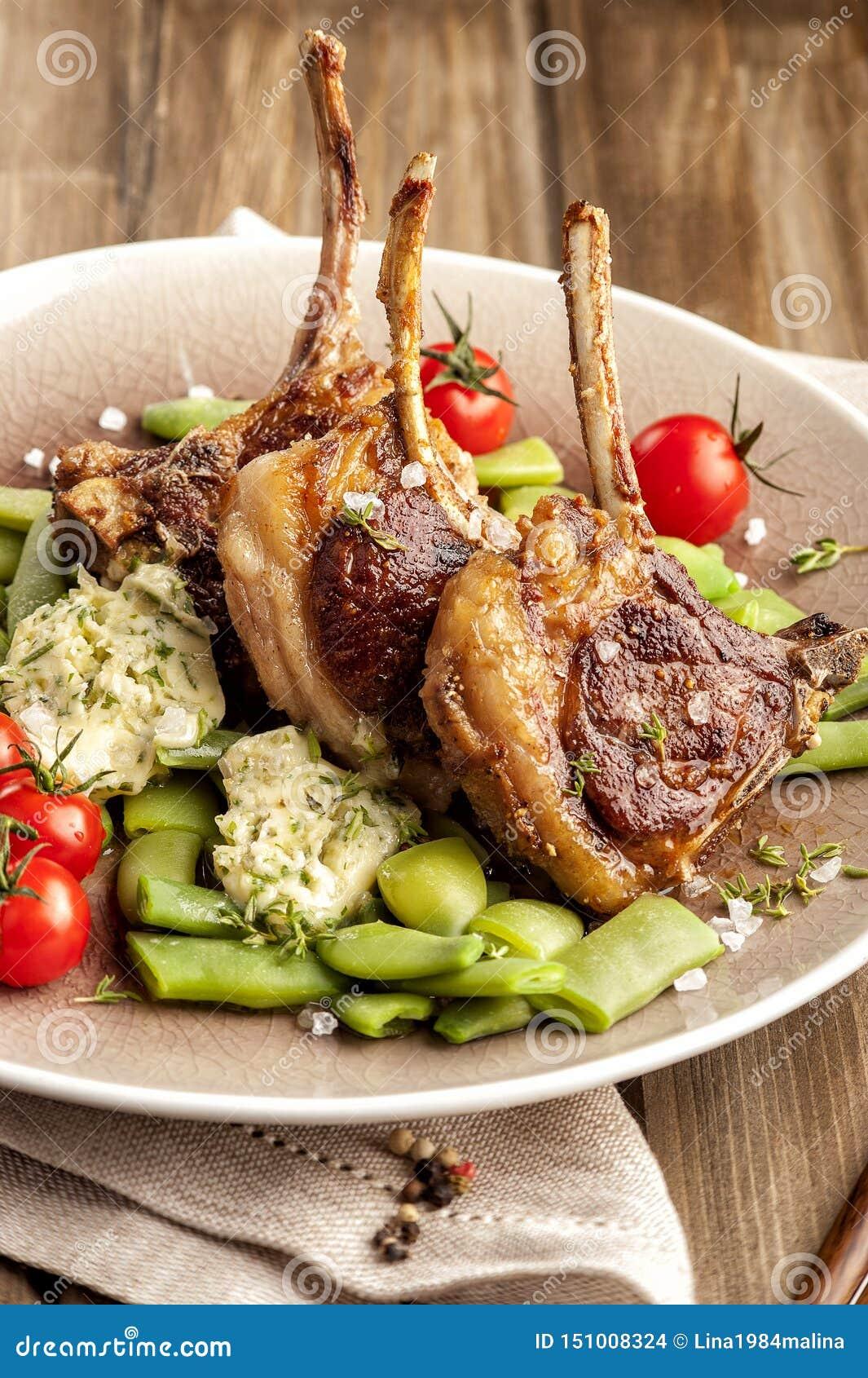 Gegrillte Lammhiebe mit einer Garnierung von grünen Bohnen