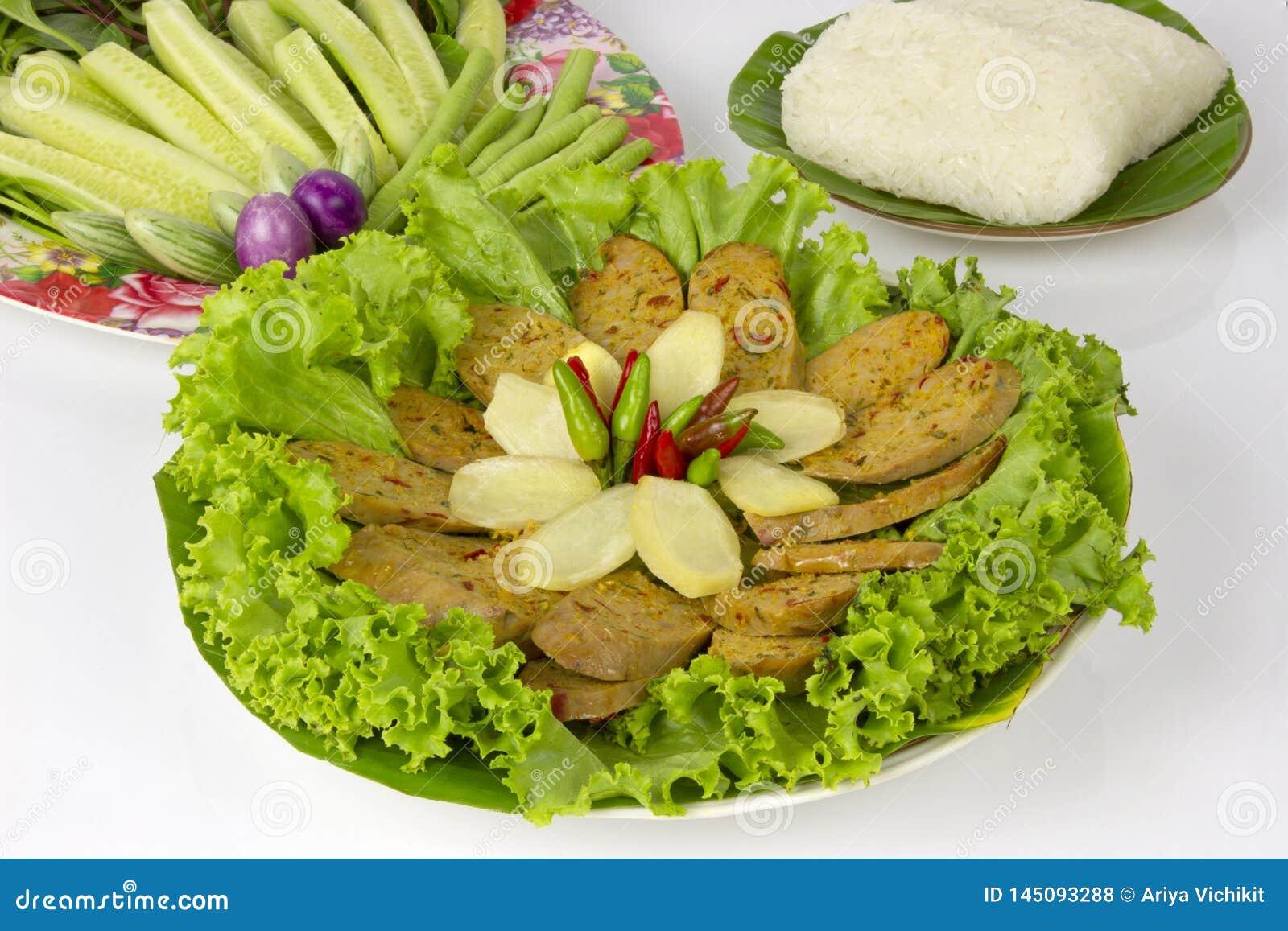 Gegrillte thailändische würzige Wurst Sai Aua Notrhern mit klebrigem Reis auf weißem Hintergrund des weißen Hintergrundes