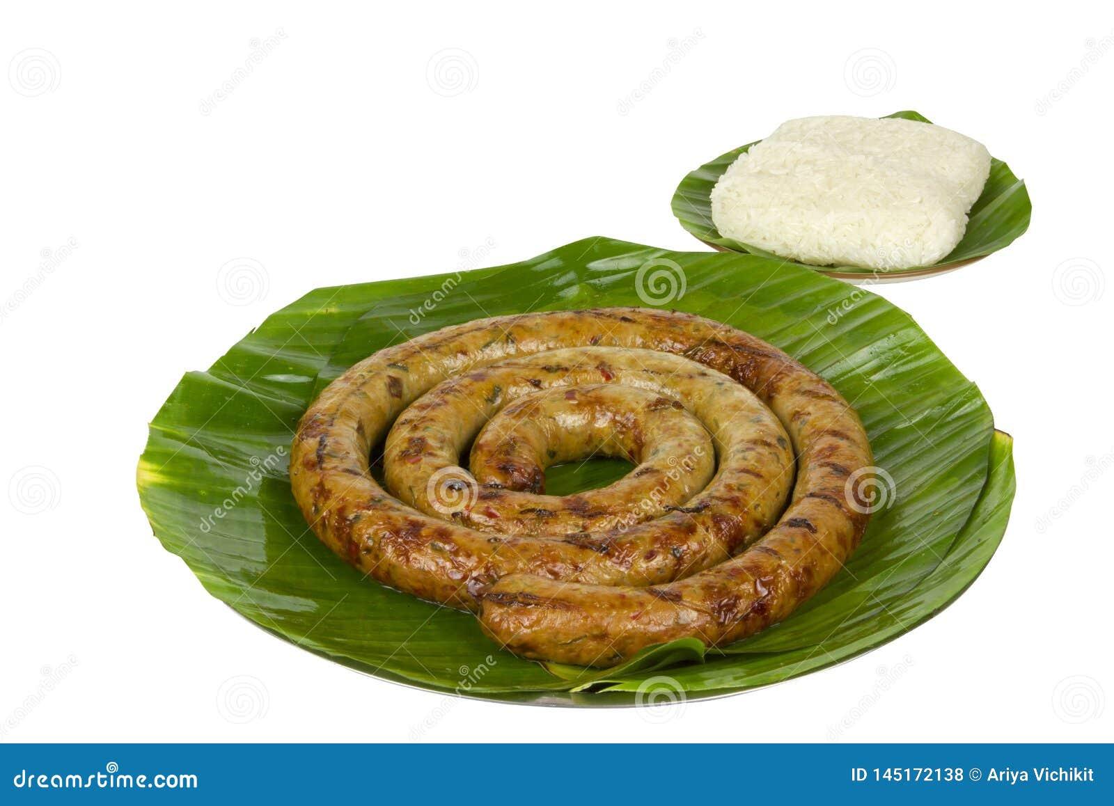Gegrillte thailändische würzige Wurst Sai Aua Notrhern mit klebrigem Reis auf weißem Hintergrund des weißen Hintergrundes mit