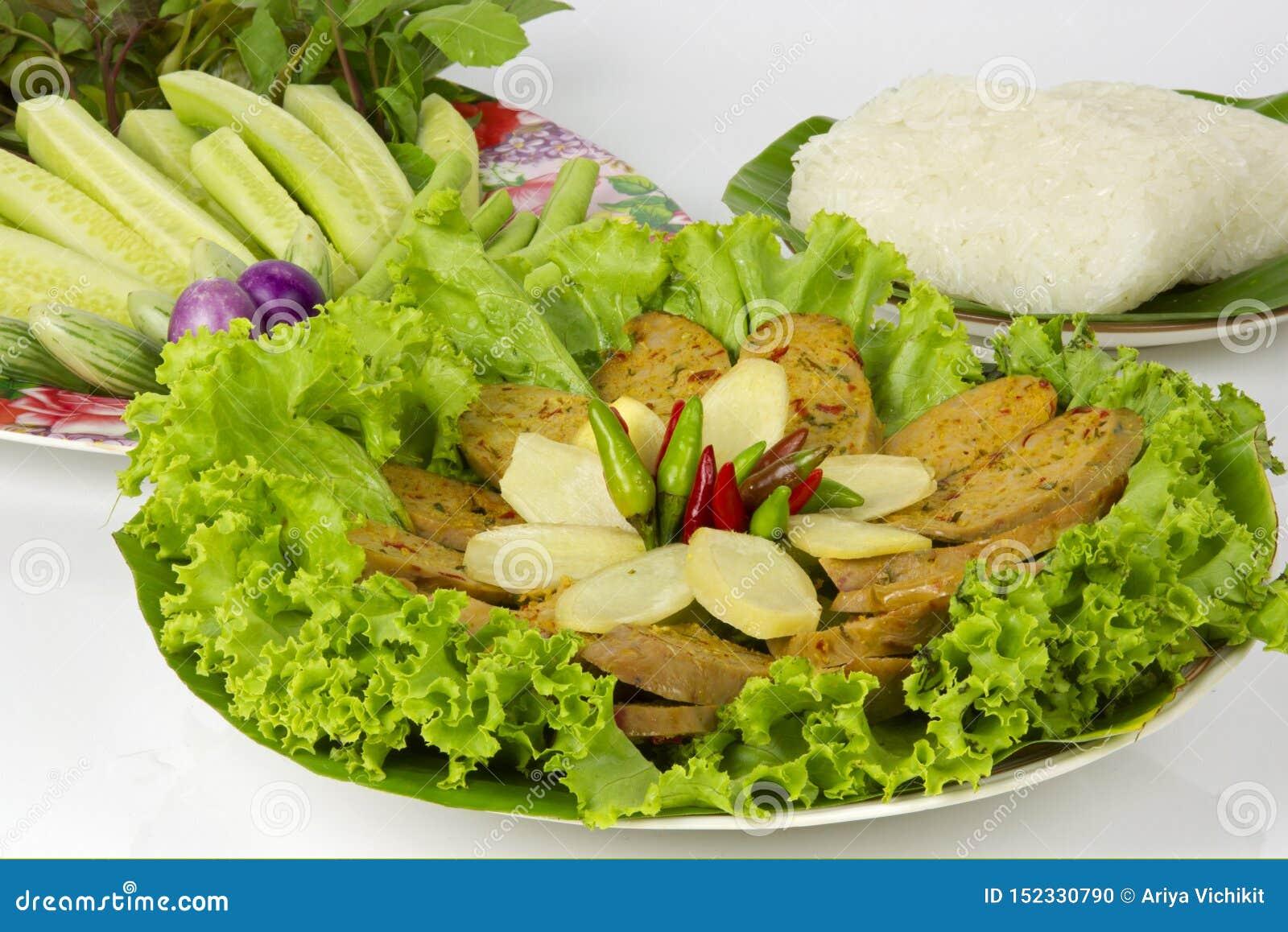 Gegrillte thail?ndische w?rzige Wurst Sai Aua Notrhern mit klebrigem Reis auf wei?em Hintergrund des wei?en Hintergrundes