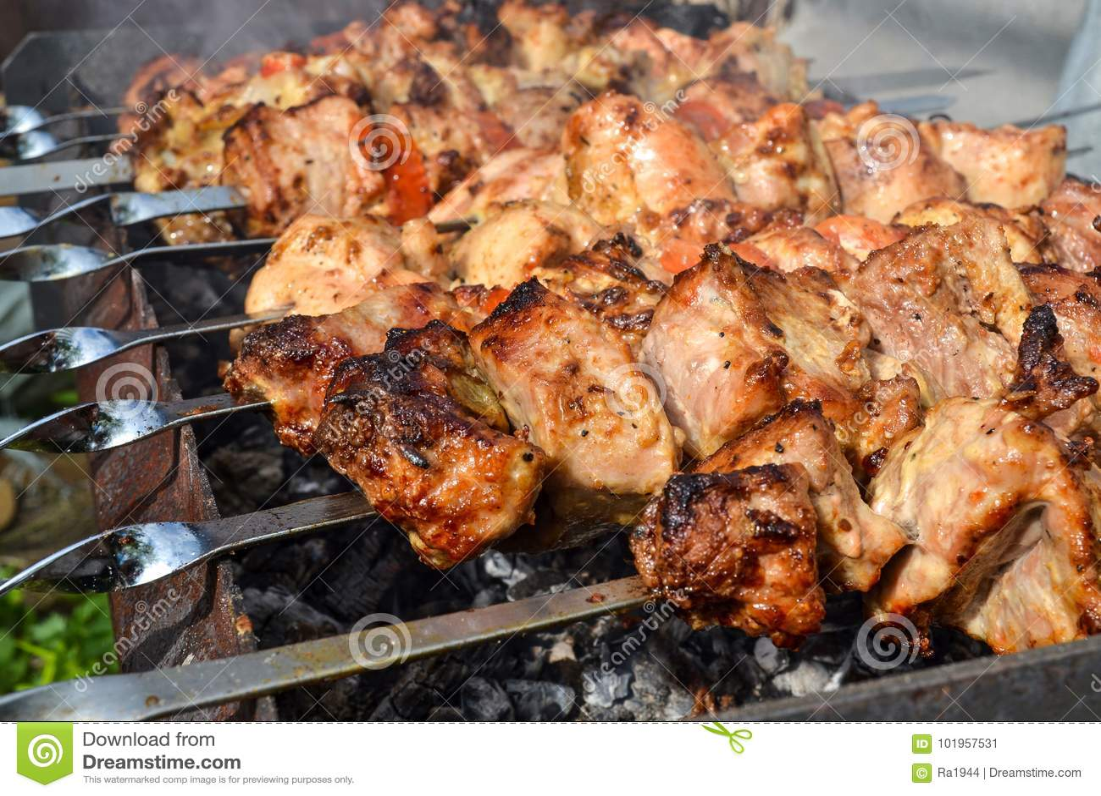 Gegrillter Kebab, der auf Metallaufsteckspindelnnahaufnahme kocht Gebratenes Fleisch gekocht am Grill Traditioneller Ostteller, K