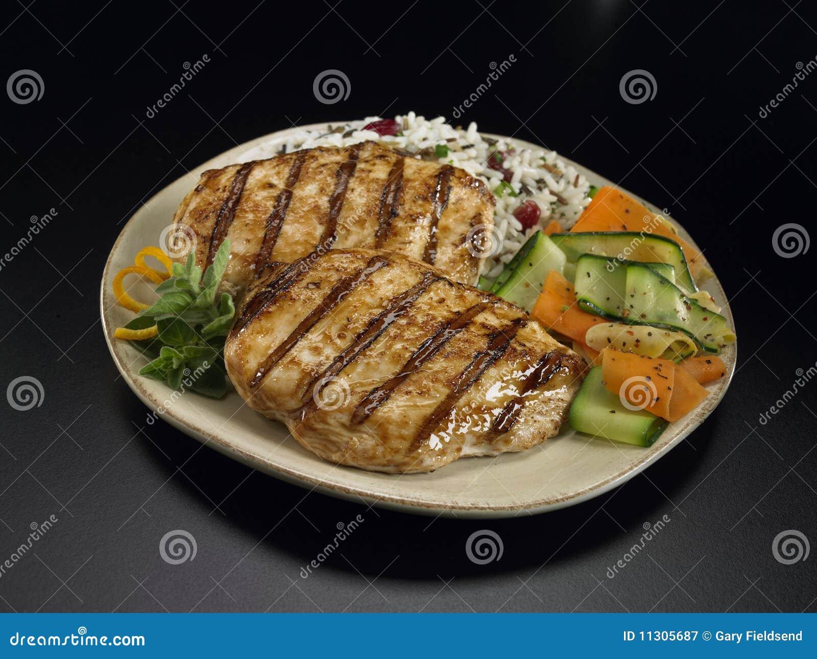 Gegrilltes Huhn mit Reis und Gemüse